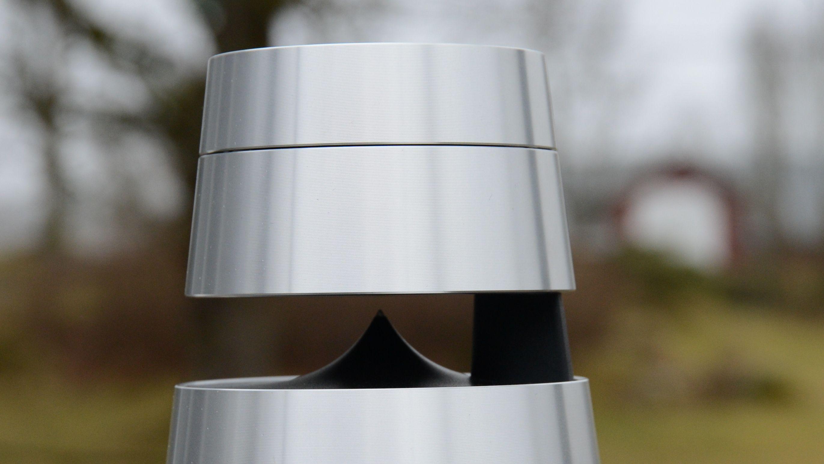 Den øvre delen er festet til resten av høyttaleren med en robust overgang. Den øverste ringen er dessuten volum-kontrollen på enheten.