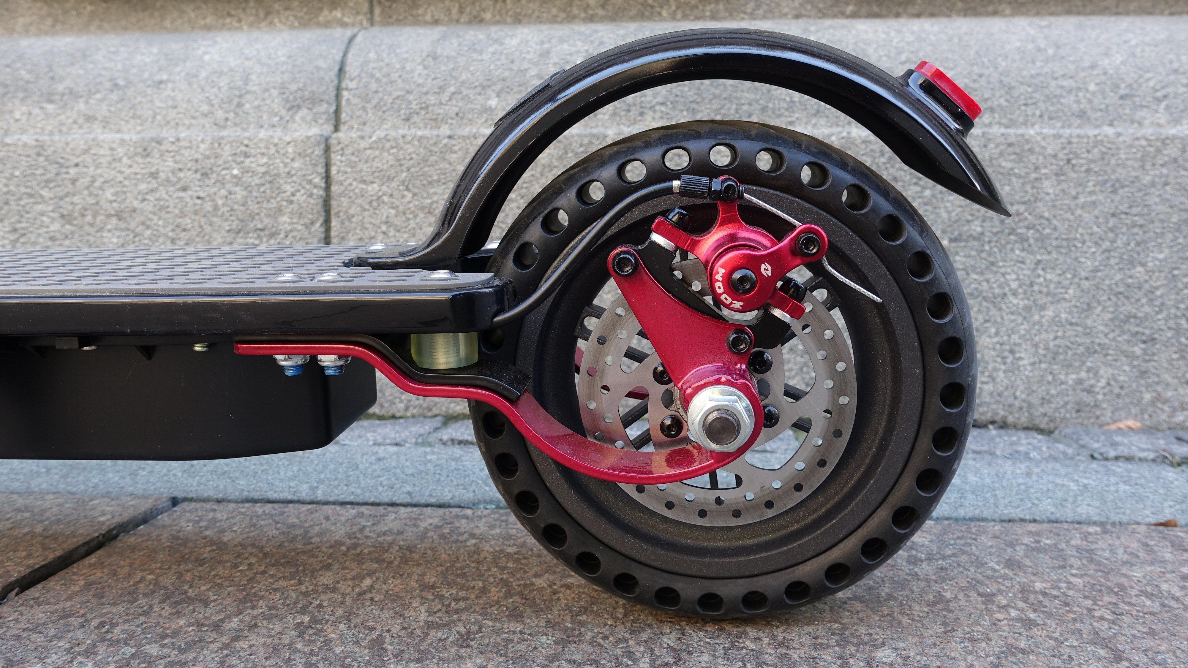 Denne sparkesykkelen har både konvensjonell fjæring og et relativt mykt, men punkteringsfritt dekk. En god kombinasjon som betyr økt kjørekomfort.