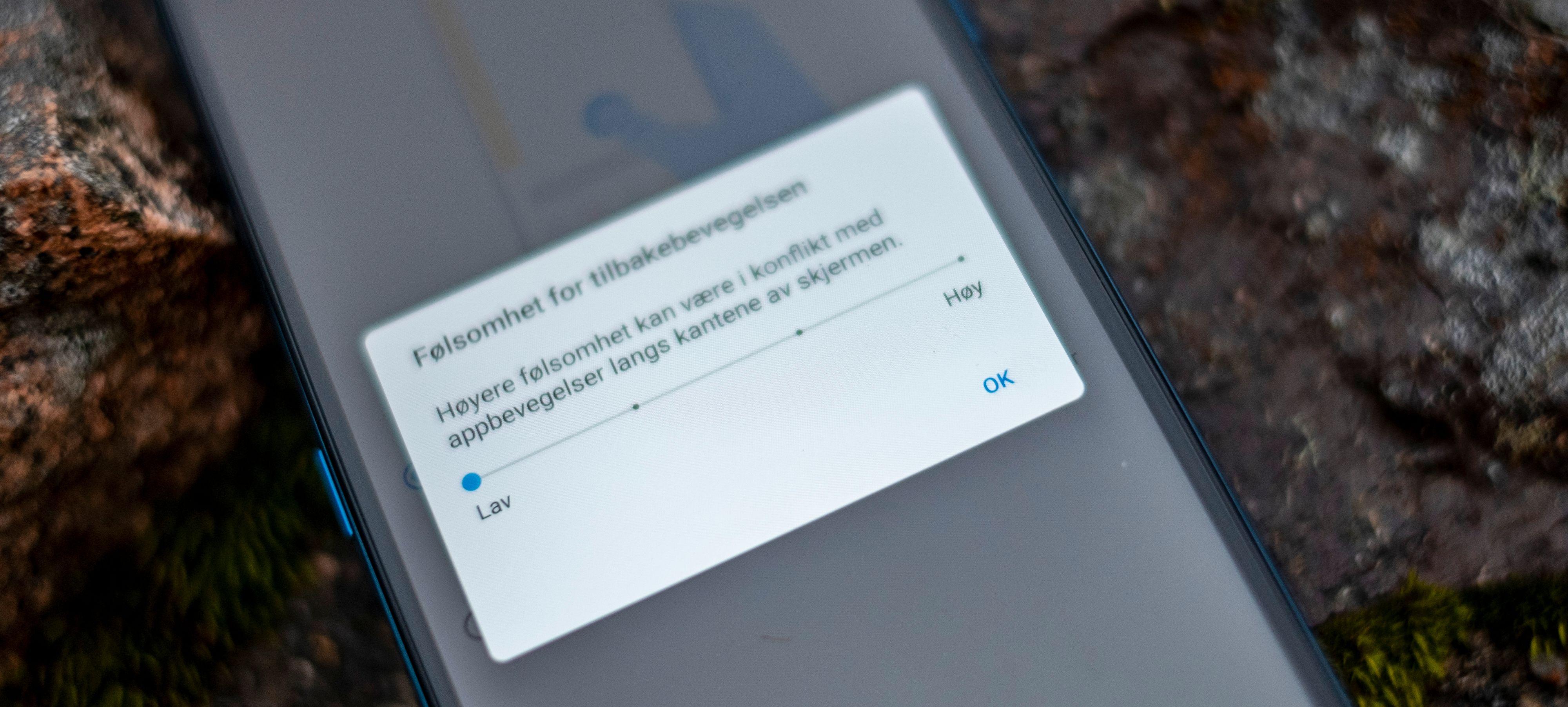 Du kan stille ned følsomheten langs skjermkantene, men bare for sveip innover på skjermen.