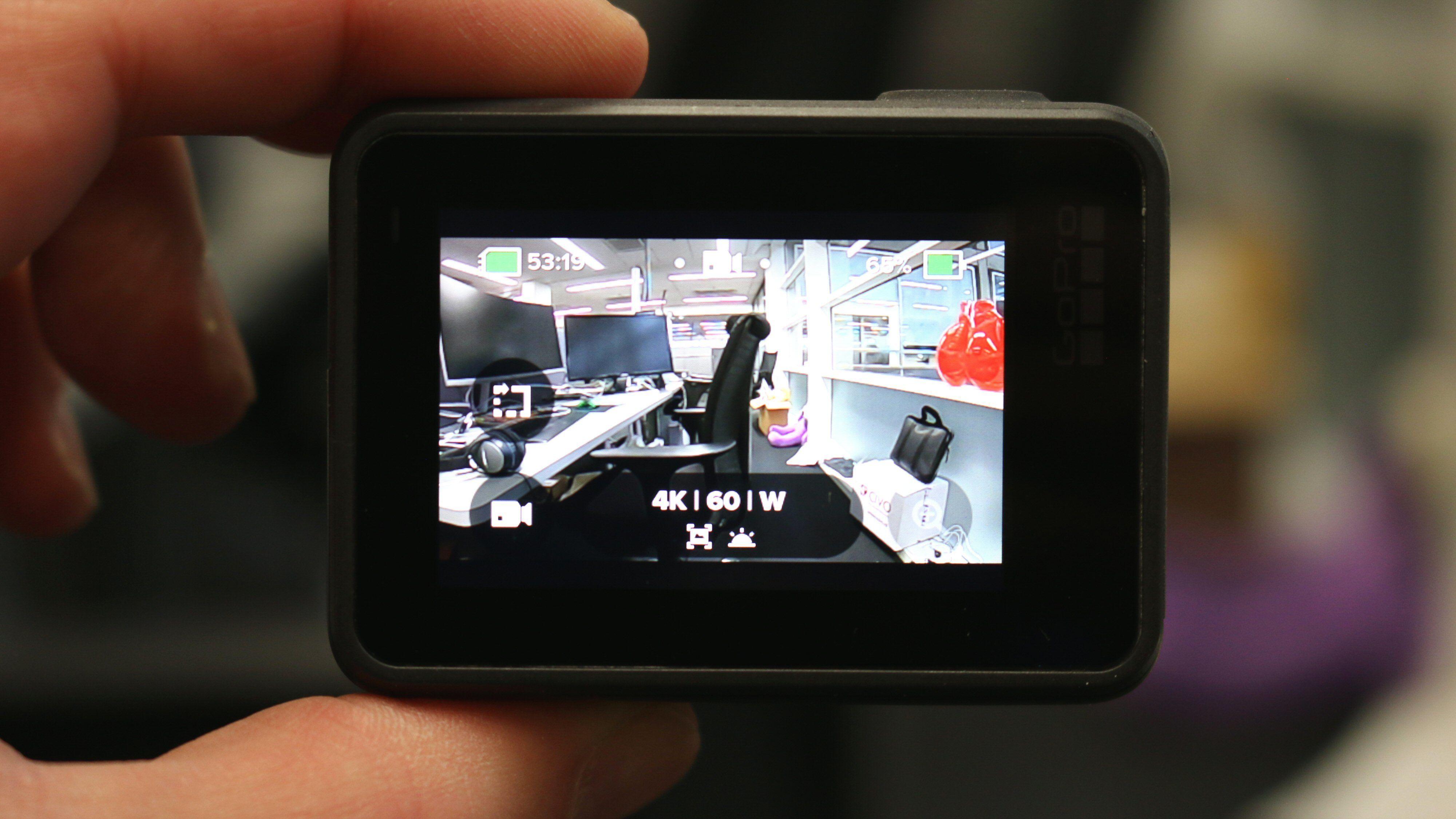 GoPro har ikke tro på at noen faktisk leser bruksanvisninger, så kameraet kommer heller ikke med noen. Heldigvis er berøringsskjermen ganske intuitiv å bruke.