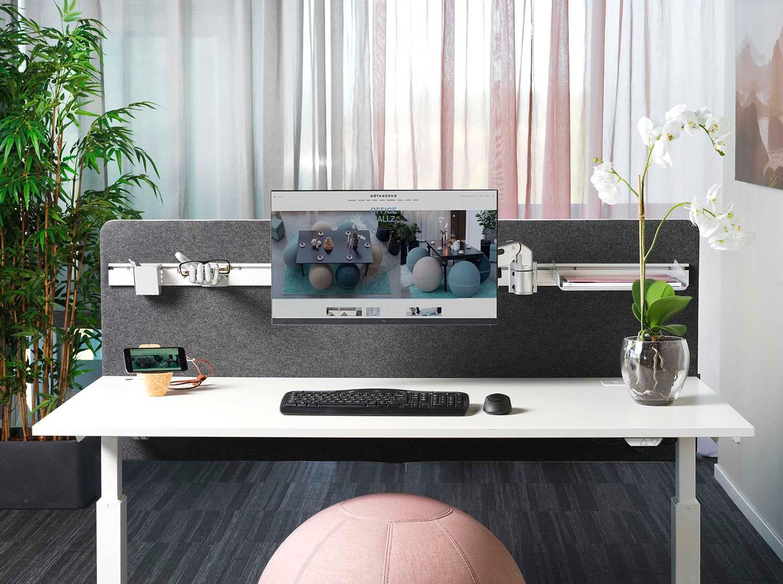 En såkalt «clean desk» skal ha minst mulig ting og tang liggende fremme. Rydd vekk det du ikke bruker. og lag heller plass til de viktigste tingene som har høyest prioritet. Holder man skrivebordet ryddig er det ofte litt ryddigere i hodet også.