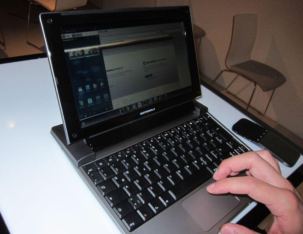 Motorolas Lapdokk er egentlig bare en skjerm, et stort batteri og et tastatur. Sammen med en Motorola-mobil fungerer den som en Android-PC som også lader mobiltelefonen.