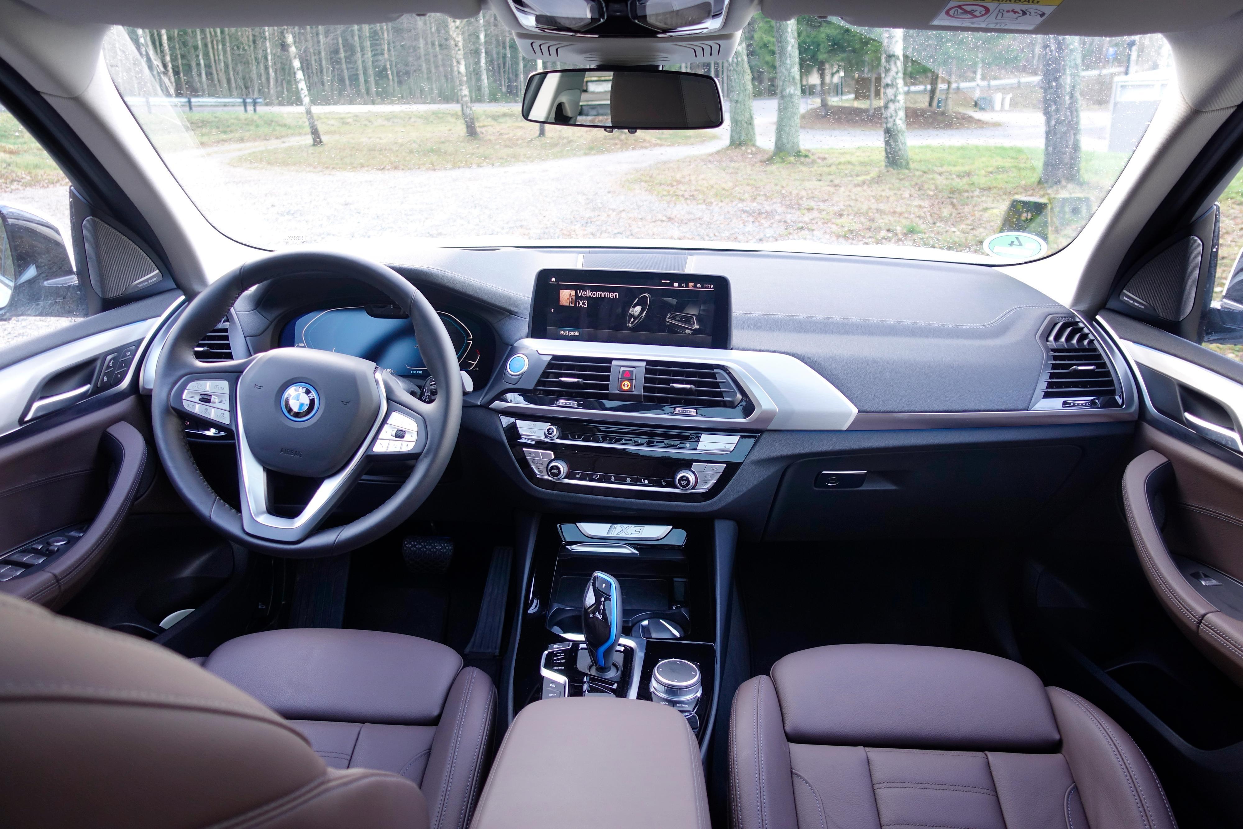 Ingen 17-tommers monsterskjerm i iX3. BMW har valgt en langt mer nøktern linje.