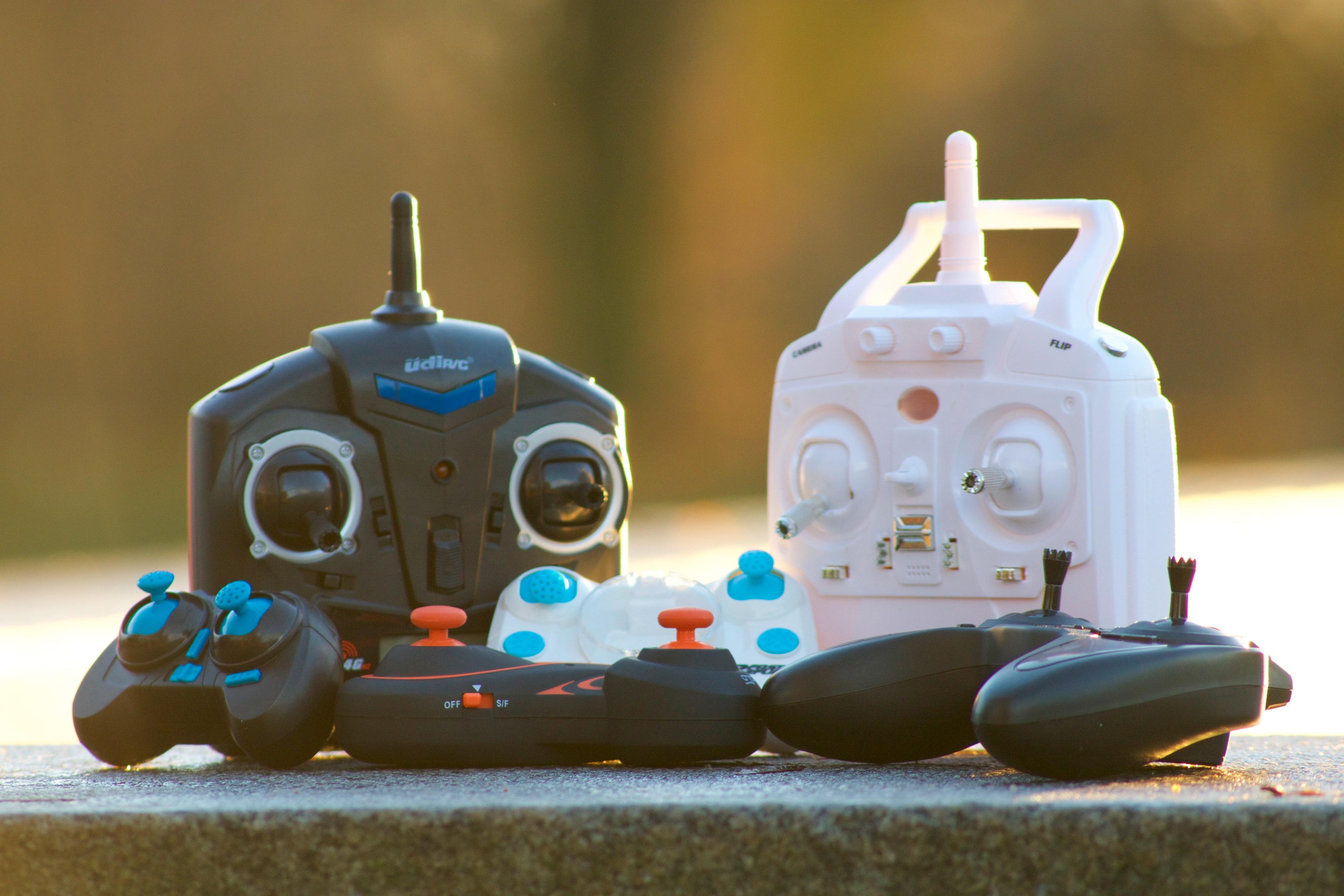 Kontrollerne til dronene. Øverst fra venstre: UDI Mini Drone, 2Fast2Fun Focus Drone. Nederst fra venstre: Hábrók Nano Quadcopter, Zoopa Q Zepto 55, 2Fast2Fun Color Quad XS, Hubsan X4 HD. Foto: Erik Røseid, Tek.no