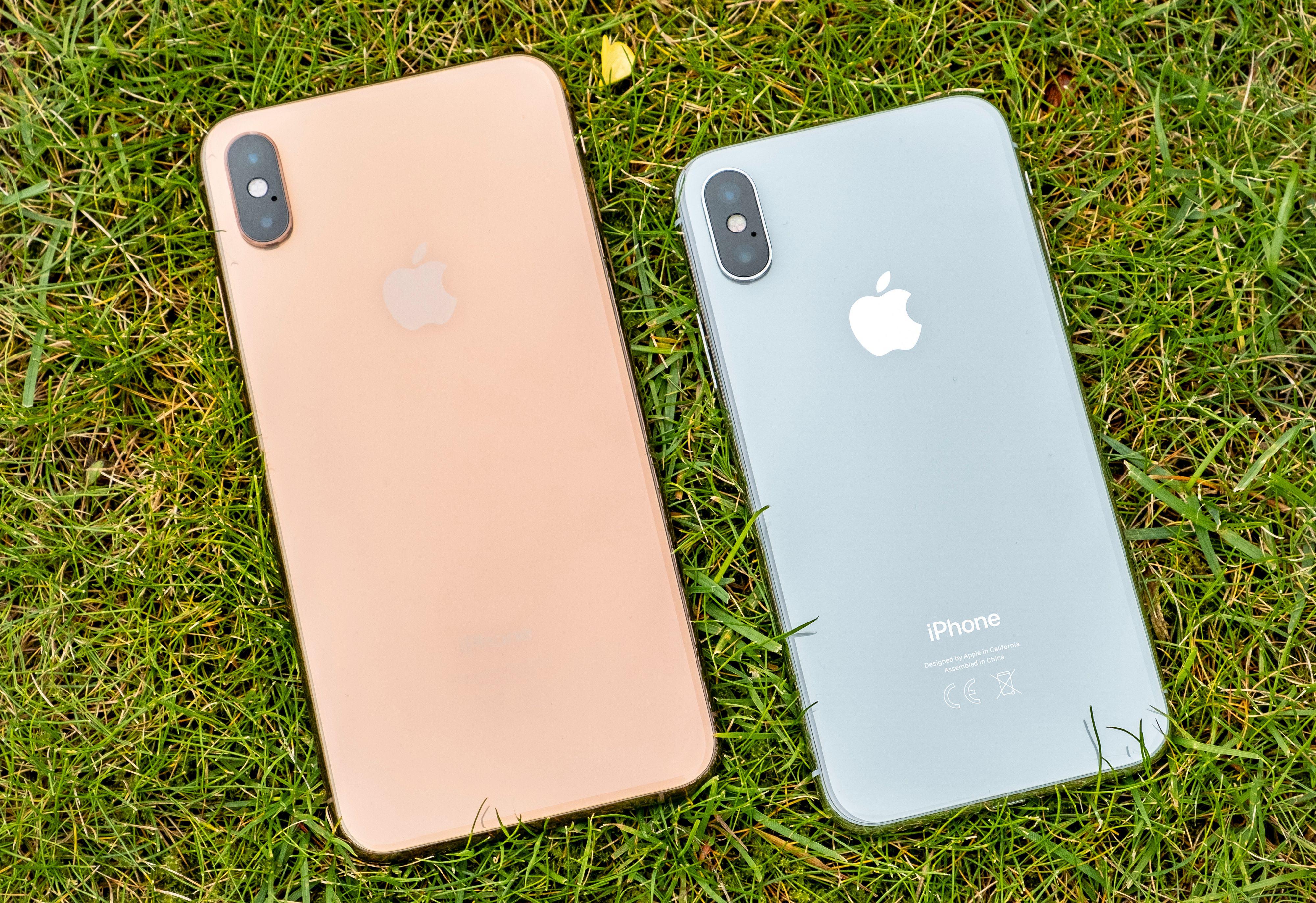 Gullvariant av iPhone Xz Max ved siden av iPhone X. Jepp – Maxen lever opp til navnet, men så får du også betydelig mer skjerm og en hel del mer lyd enn i den minste modellen.