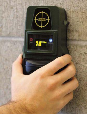 Dingsen holdes inntil veggen, og så trykker du et par knapper for å sjekke om det er tegn til bevegelse på innsiden. Foto: L3 Communications