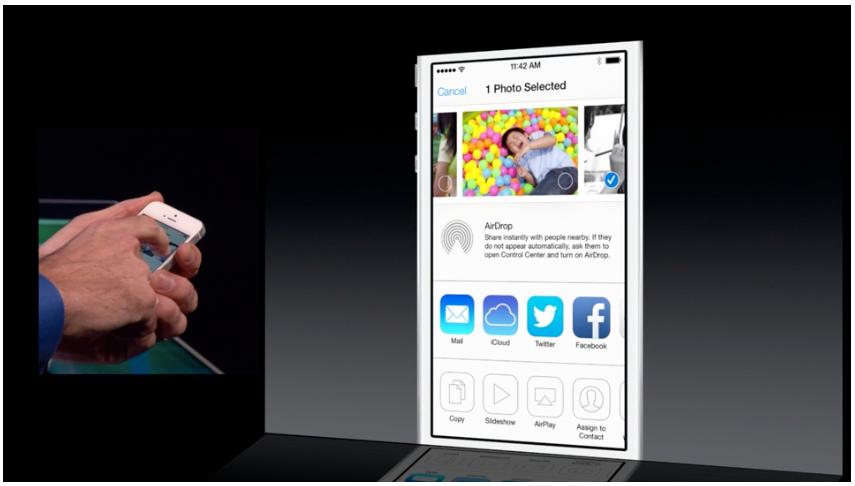 Du kan dele bilder direkte fra bildeappen via Airshare, som kommer til alle iOS 7-kompatible enheter.Foto: Apple