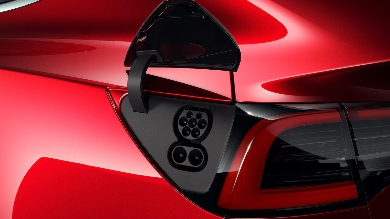 Den europeiske versjonen av Tesla Model 3 har CCS-kontakt, som gjør at man ikke trenger adapter for å lade på vanlige hurtigladere.