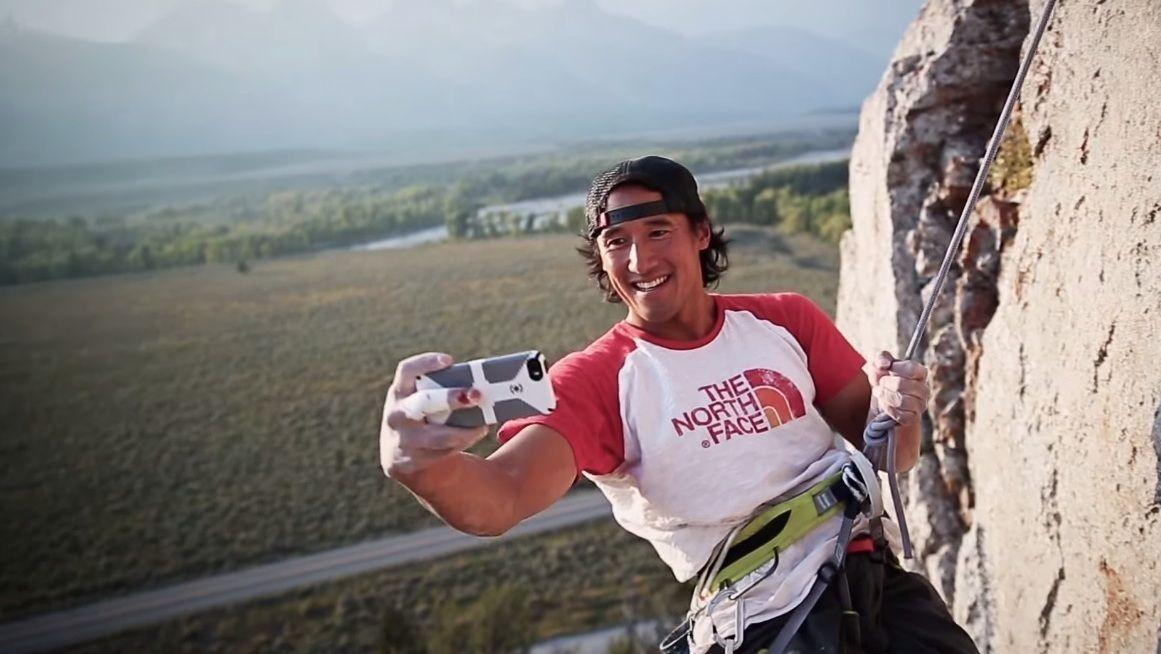Jimmy Chin koster også på seg en selfie innimellom.Foto: YouTube/Mashable