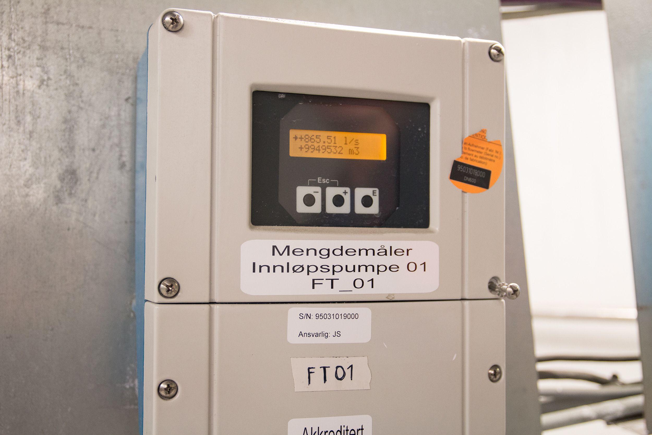 En vannmåler som står koblet til en av pumpene.