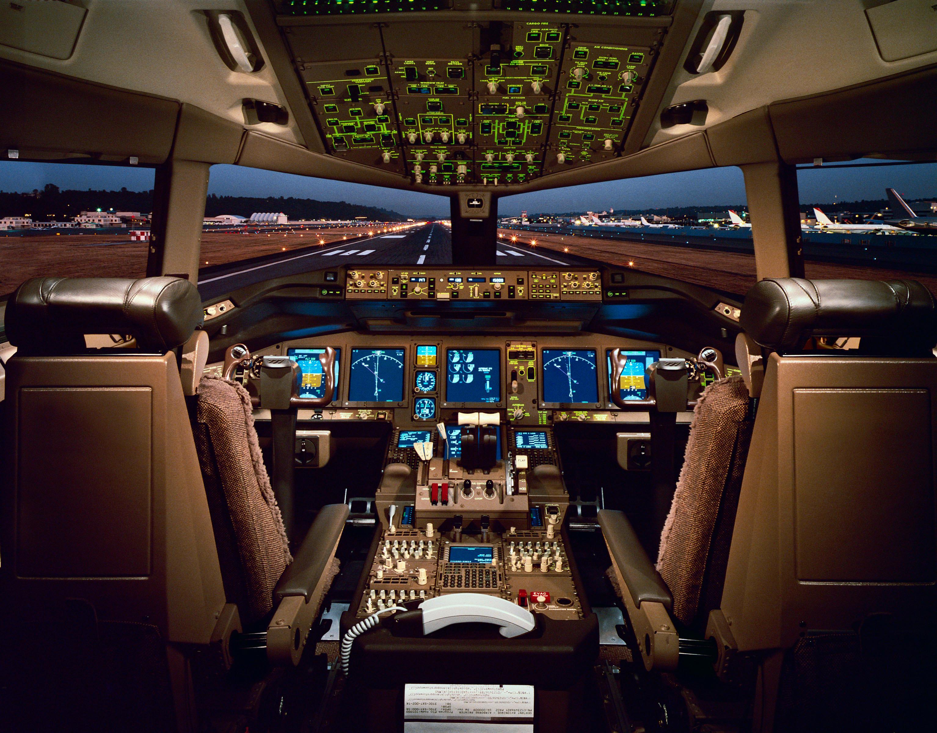 Det kreves mye ekspertise for å finne frem i cockpit på et Boeing 777-fly.Foto: Copyright Boeing