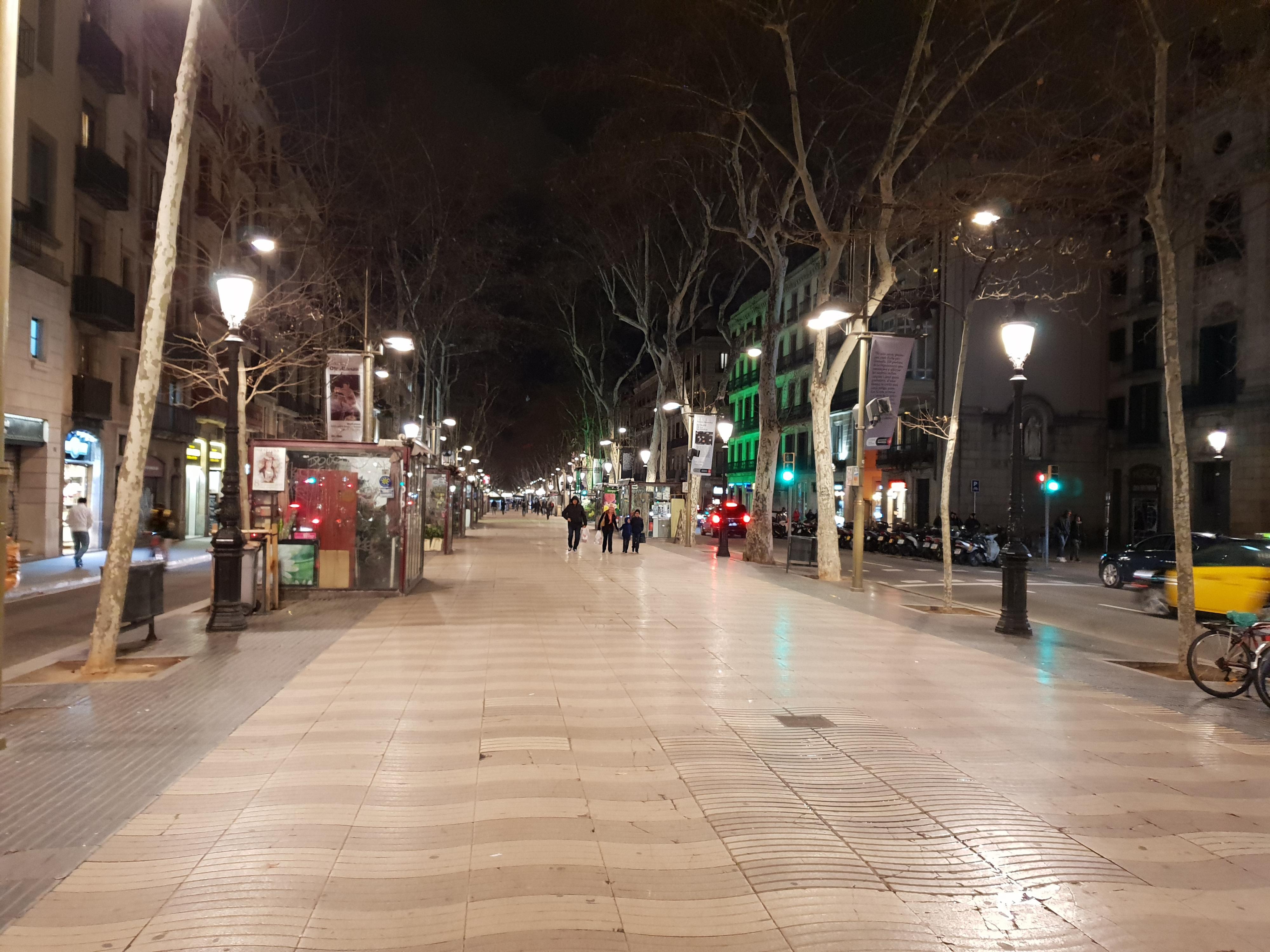 Gaten i Barcelona om kvelden.