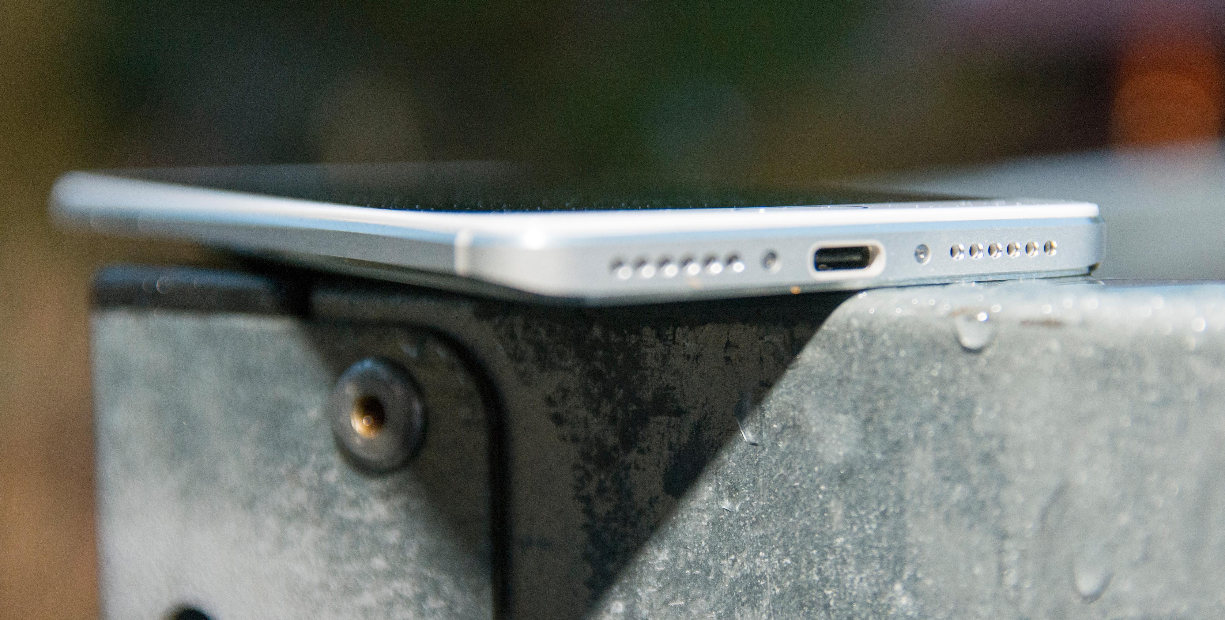 Den nye USB type-C-kontakten brukes til lading og filoverføring.