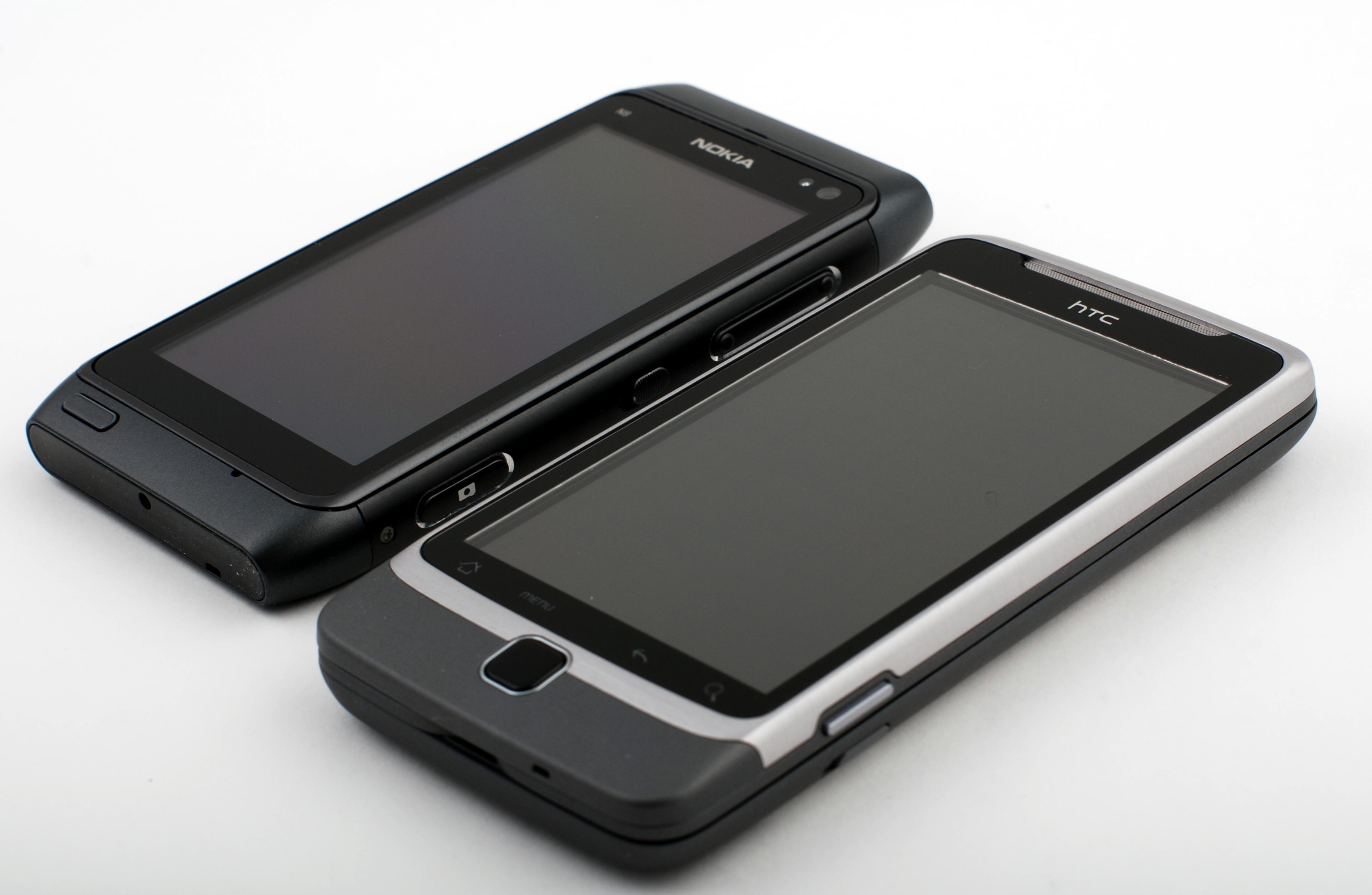 Desire Z tar hakket større plass enn Nokia N8.