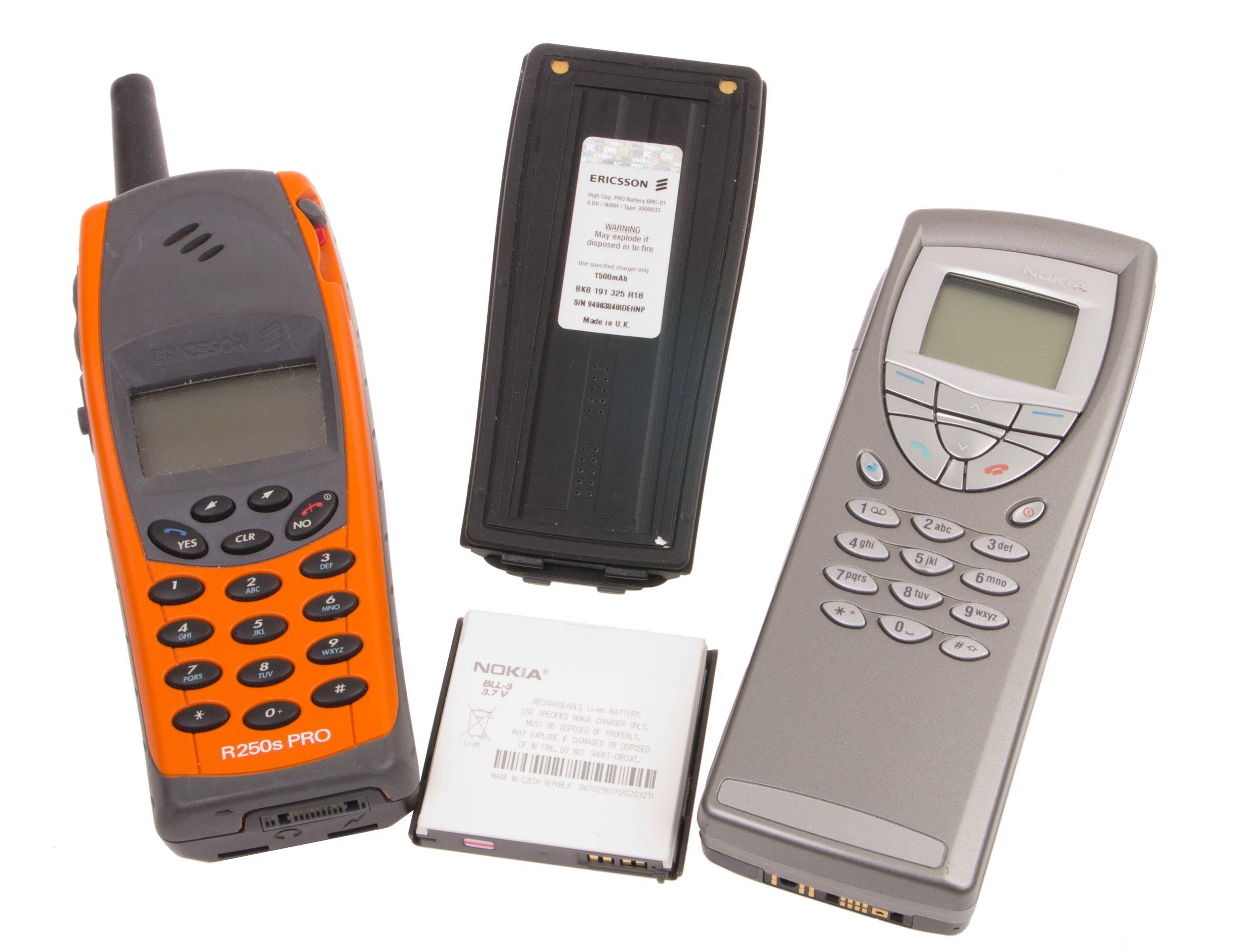 To mobiltelefoner som har sett sine bedre dager, bruker henholdsvis nikkel-metallhydrid og litium-ion.Foto: Rolf B. Wegner, Hardware.no
