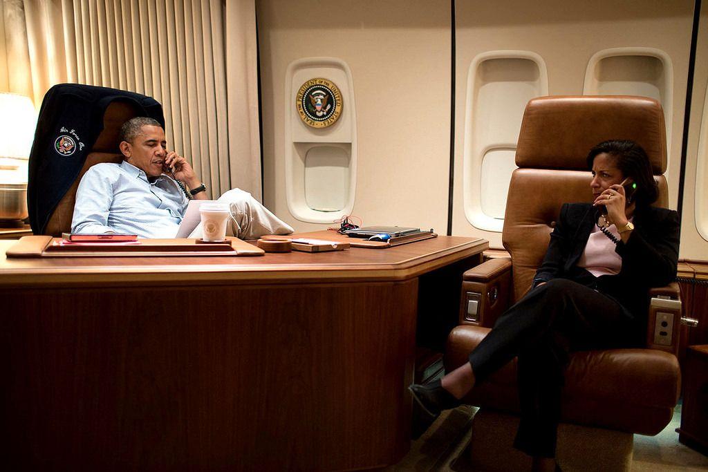 Obama i en usikret samtale, sammen med en medarbeider. Foto: White House Photo, Pete Souza