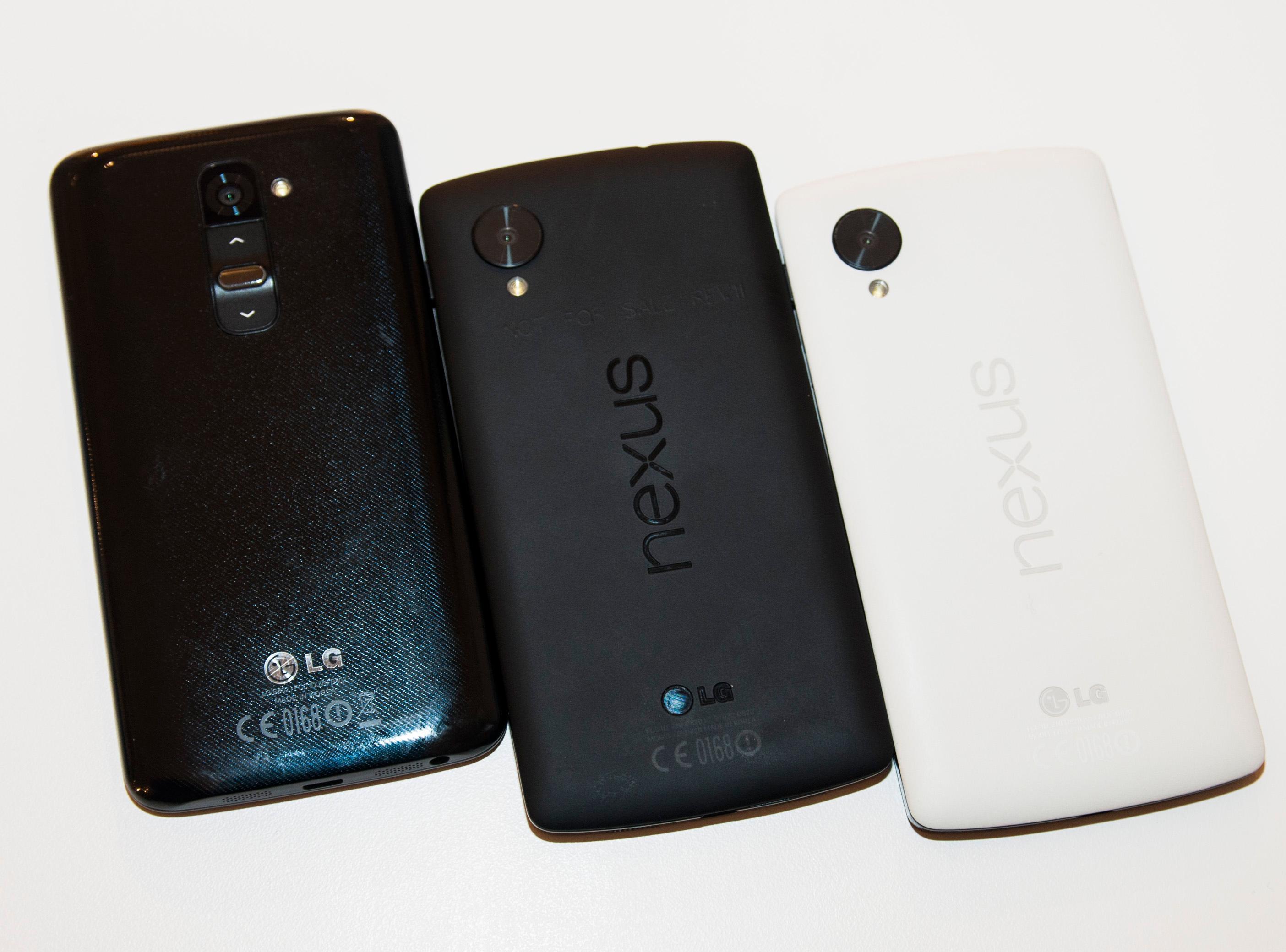 Tre varianter LG. Fra venstre: Selskapets egen toppmodell, G2, Nexus 5 i helt sort utgave, og den tofargede versjonen med hvit bakside.