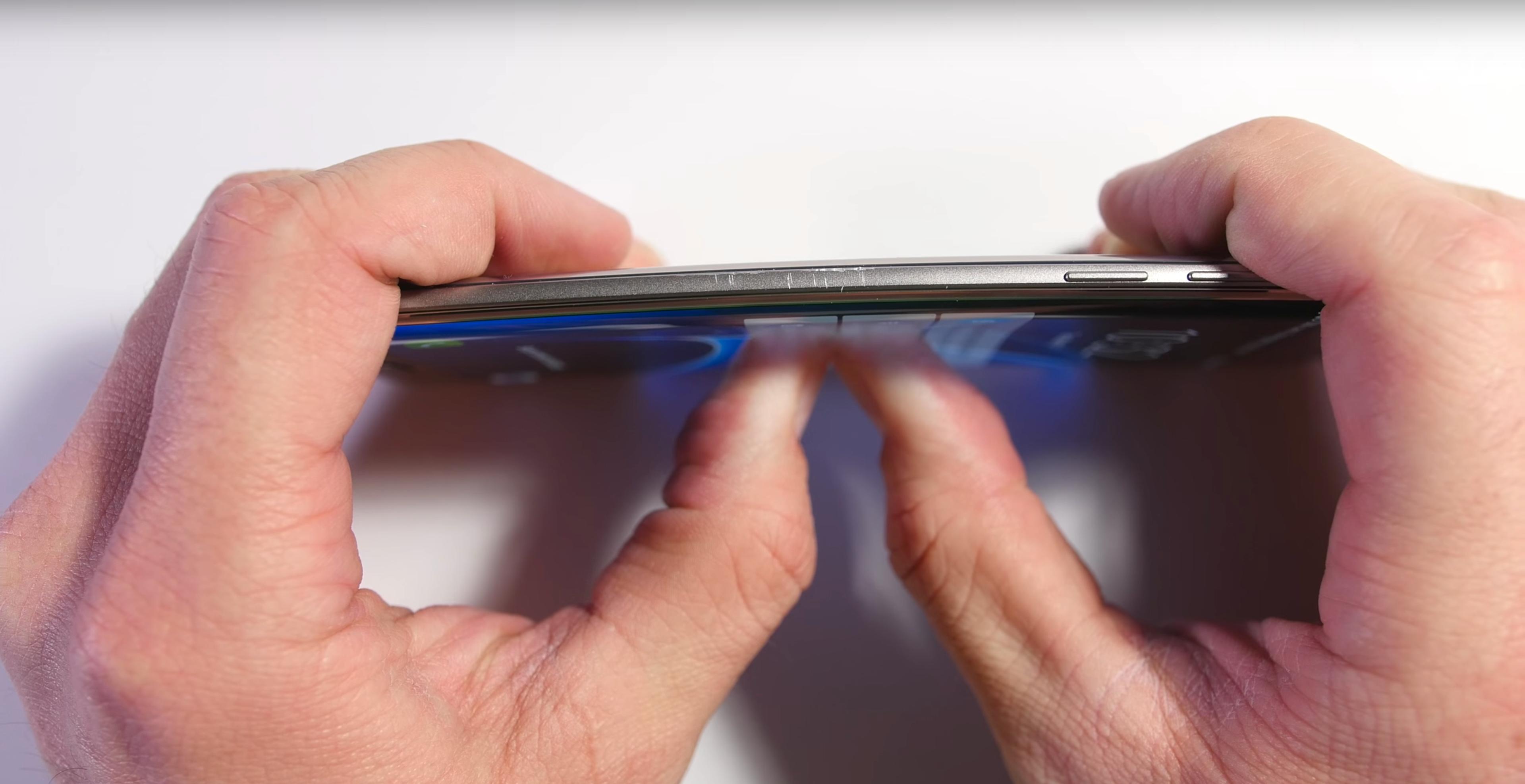 Bøyetesten bestod Galaxy S7 Edge med glans.