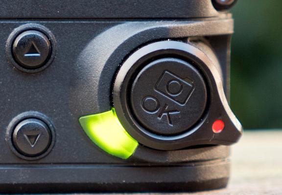 For å starte videoopptak dytter du bryteren med den røde prikken frem. Med knappen i midten kan du ta stillbilder samtidig som kameraet filmer.