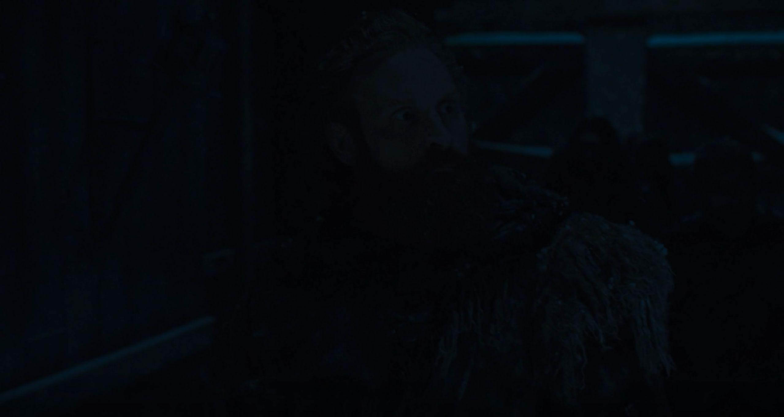 Skjermbilde fra Game of Thrones sesong 8, episode 1, som sett i Google Chrome. Ikke lett å se hva eller hvem som er på bildet, selv ikke på en stor TV med masse lys.