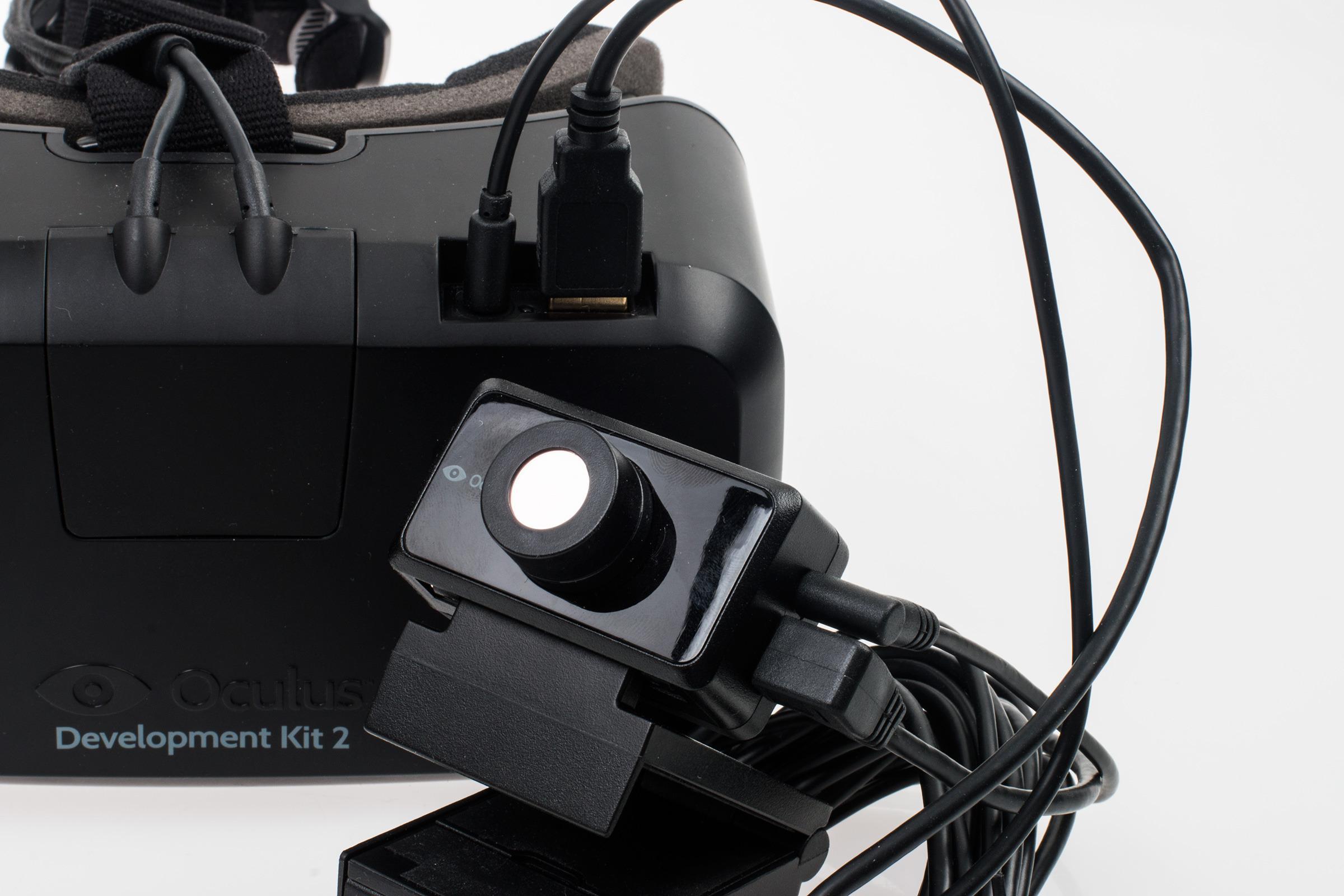 Med dette lille kameraet spores hodebevegelsene dine i Rift-verdenen. Det hjelper litt, men fjerner ikke problemet helt.Foto: Varg Aamo, Tek.no