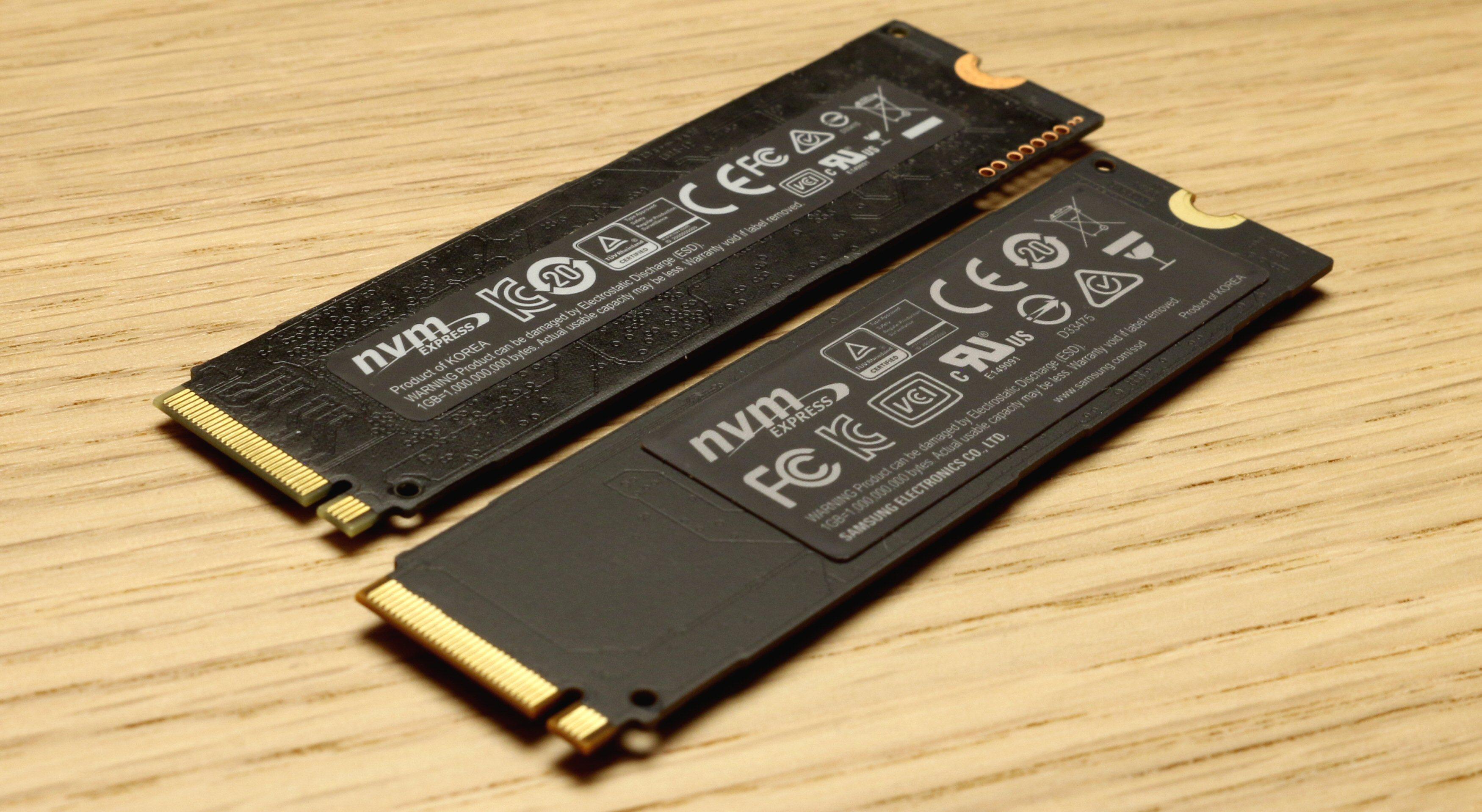 I forgrunnen Samsung 960 Pro med sitt ekstra brede og dekkende «kobberklistremerke». 950 Pro ligger bak.