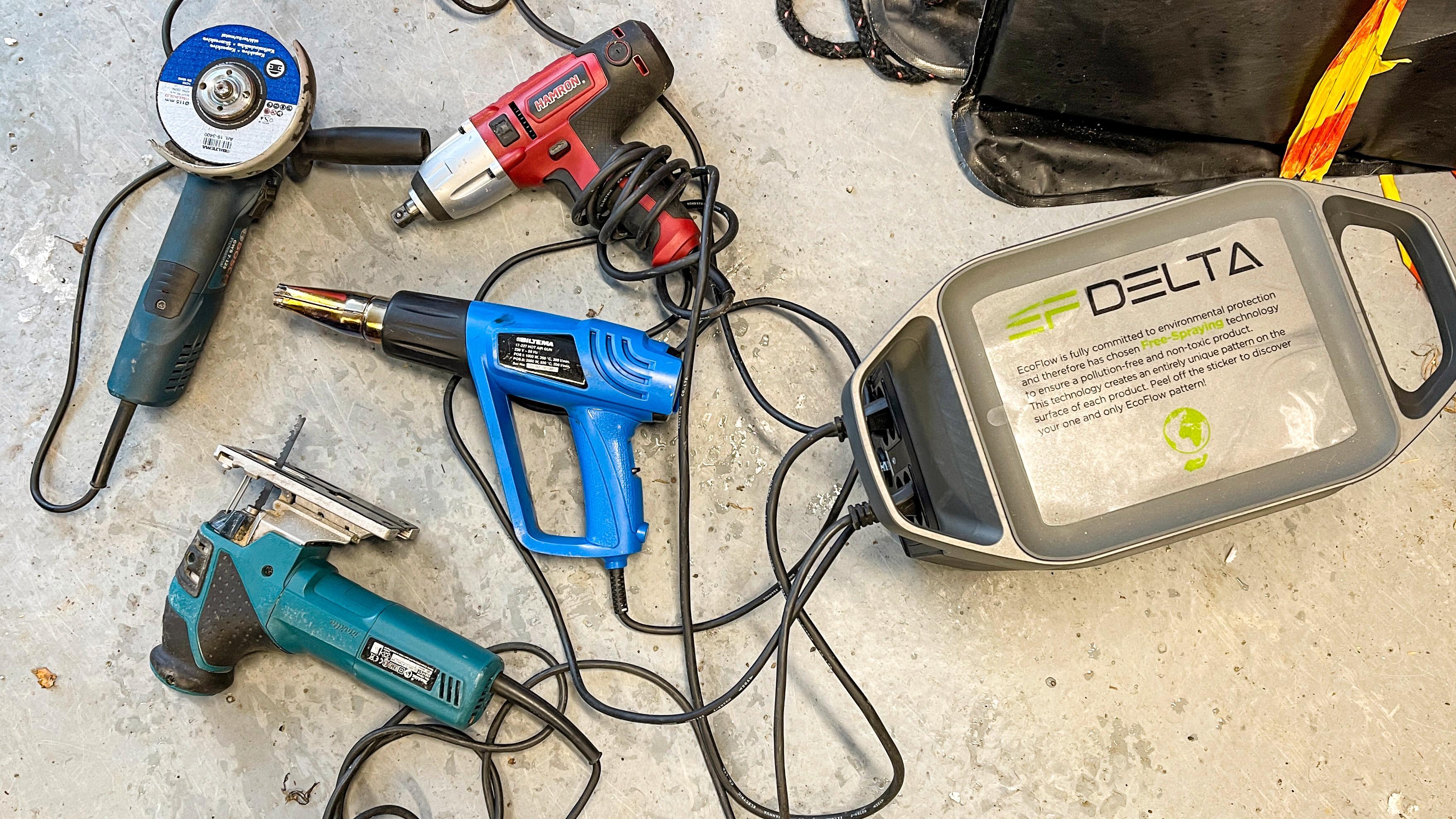 En mengde verktøy koblet til Delta 1300. Det funket fint å bruke mange av dem samtidig. Boksen leverer inntil 1800 watt kontinuerlig, eller opp til 3300 watt i korte perioder.