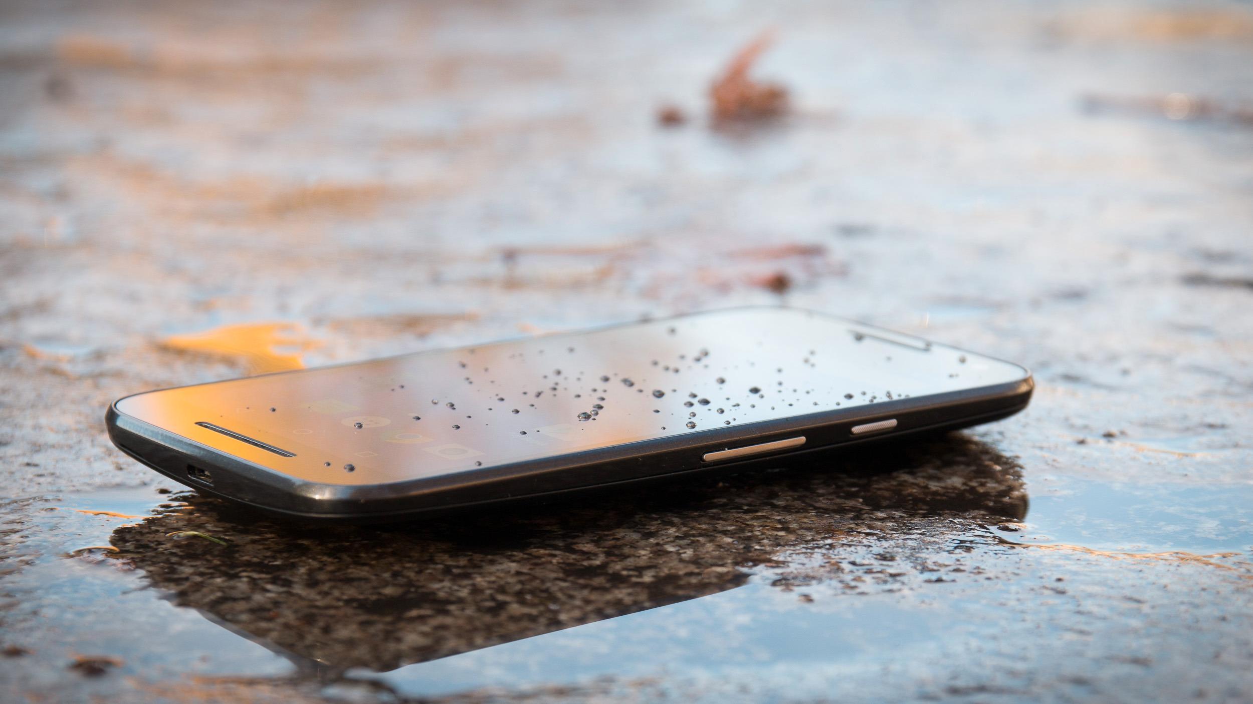 Motorolas Moto G er tredje generasjon av modellen. Den er vanntett og gir deg svært mye for pengene. Foto: Kurt Lekanger, Tek.no