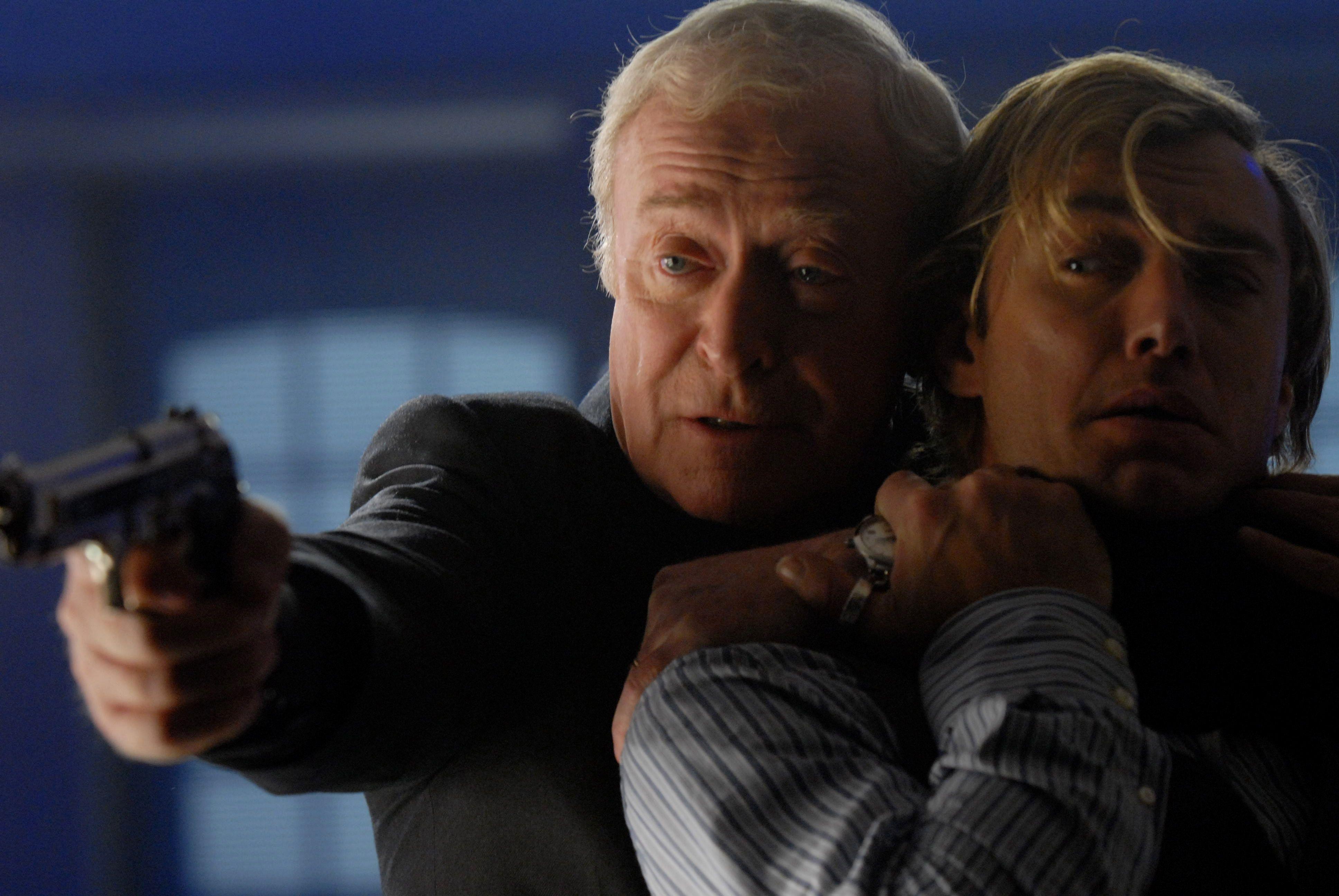 Michael Caine spiller godt, men det hjelper bare litt når motspiller Law ikke kan skryte på seg det samme.
