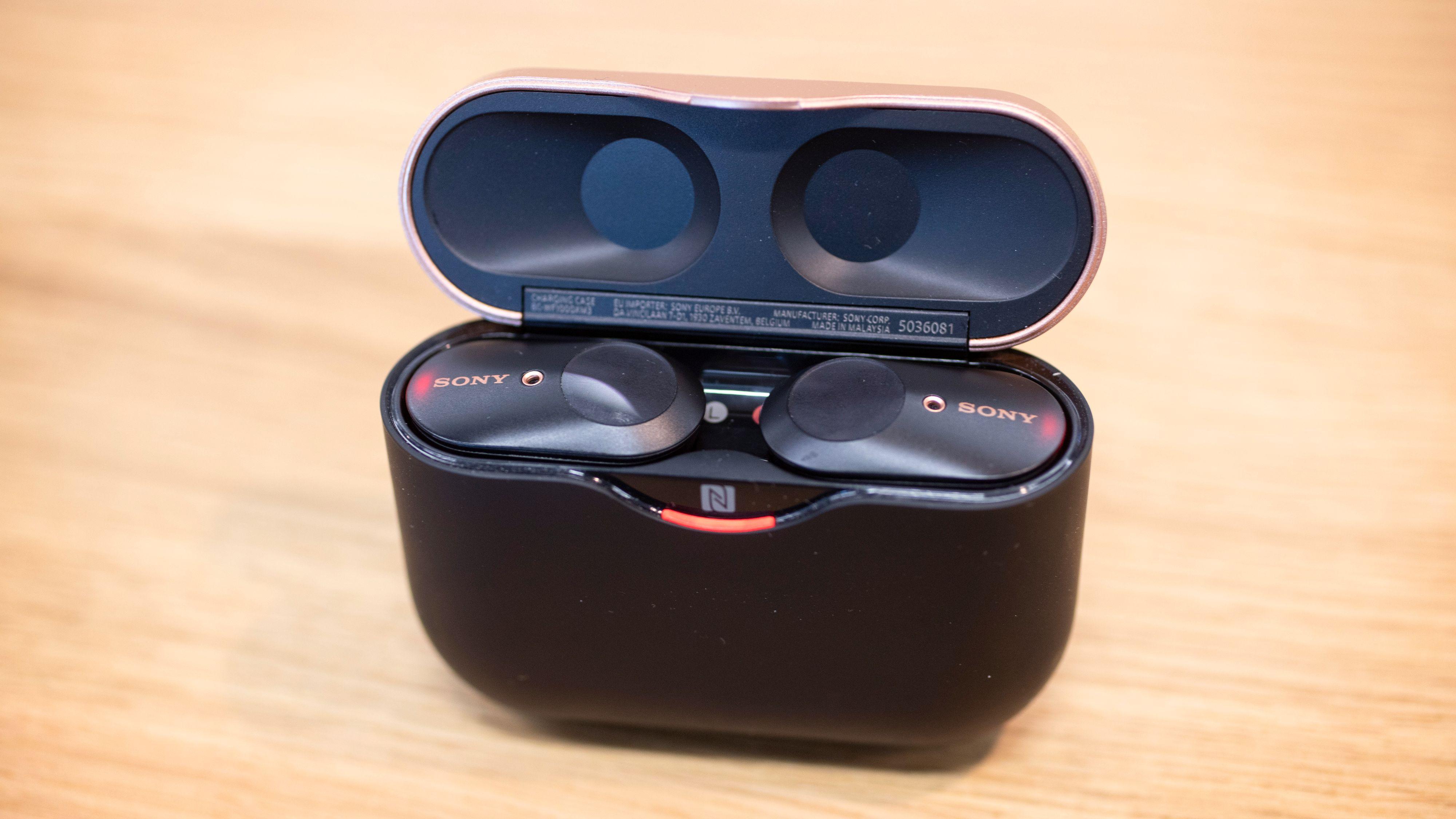 Sonys etui har magneter som holder pluggene på plass. Det er vanskelig å sette dem inn feil. Legg også merke til NFC-logoen foran, som gjør at du kan koble til de fleste Android-telefoner bare ved å holde etuiet i nærheten.