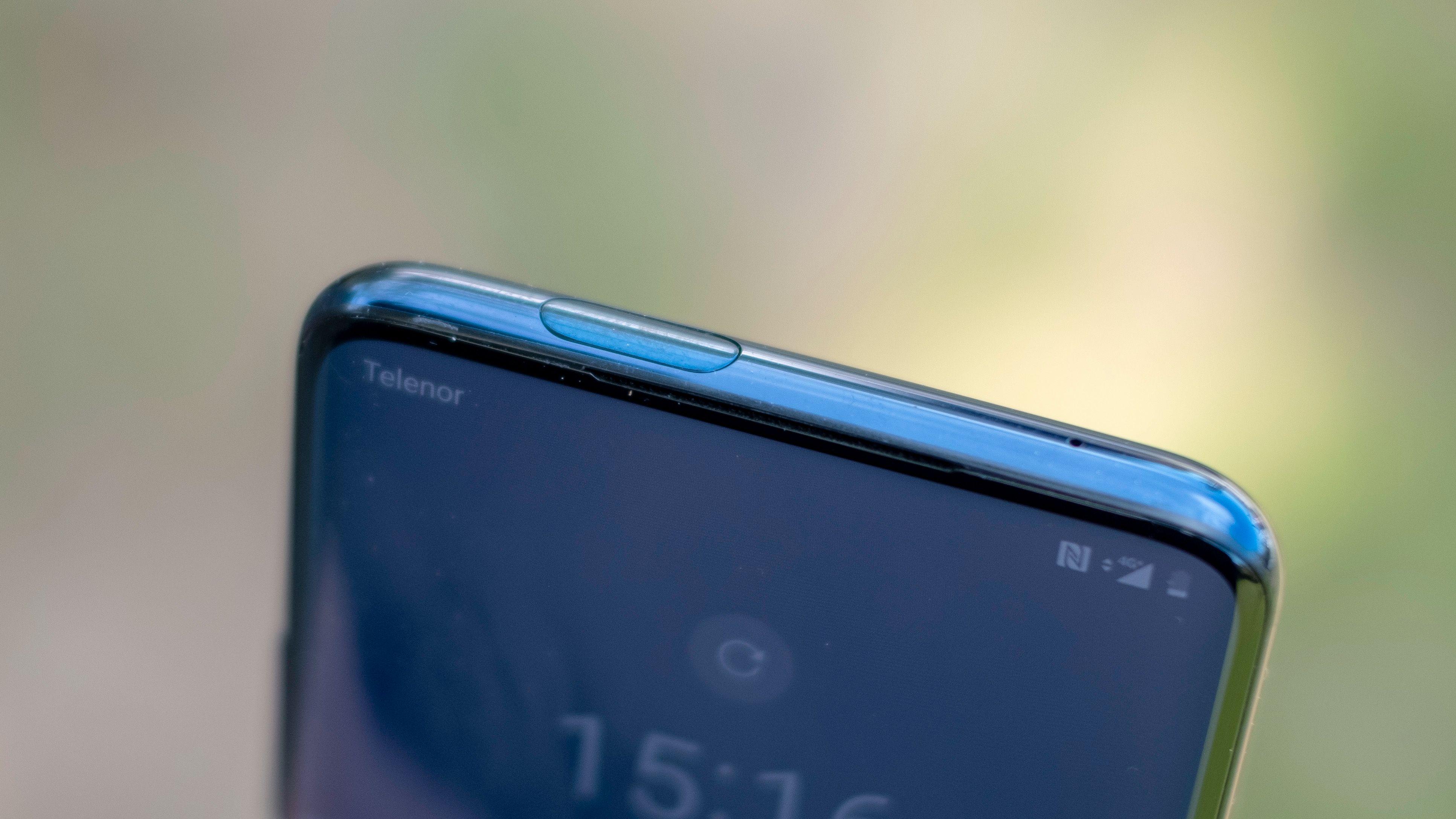 Noen sertifisering for at OnePlus 7 Pro er vanntett får du ikke. Men til tross for mange åpninger og en del bevegelige deler skal den tåle vanlig regnvær. Det er også pakninger på SIM-skuffen som viser at den ikke er helt ubeskyttet.