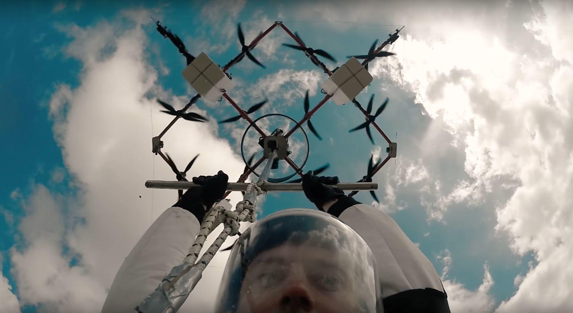 Her utfører han verdens første fallskjermhopp fra en drone