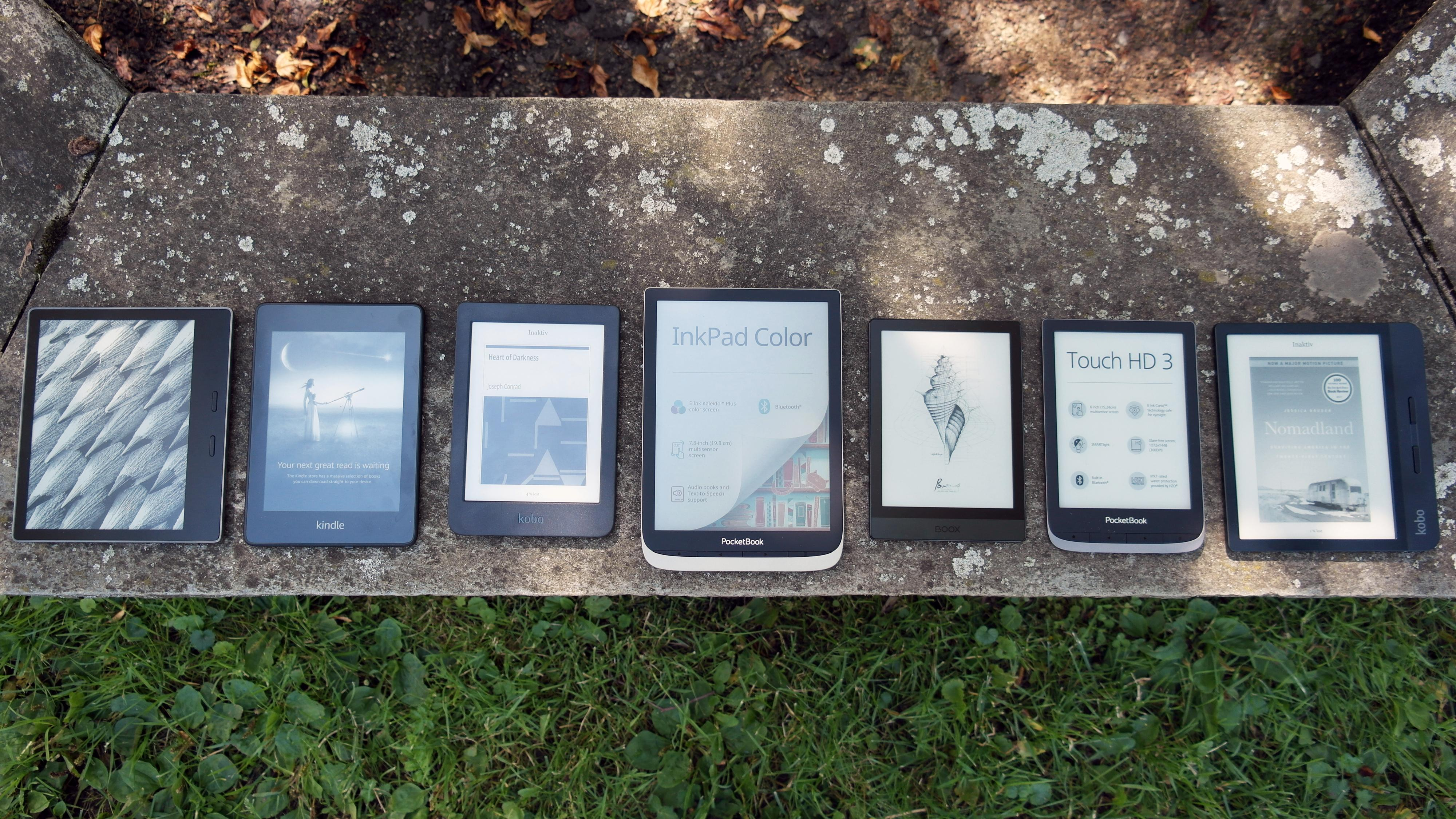 Vi har testet syv ulike lesebrett i ulike størrelser. Fra venstre: Kindle Oasis 3, Kindle Paperwhite 3, Kobo Nia, Pocketbook Inkpad Color, Onyx Boox Poke 3, Pocketbook Touch HD3 og Kobo Libra H20