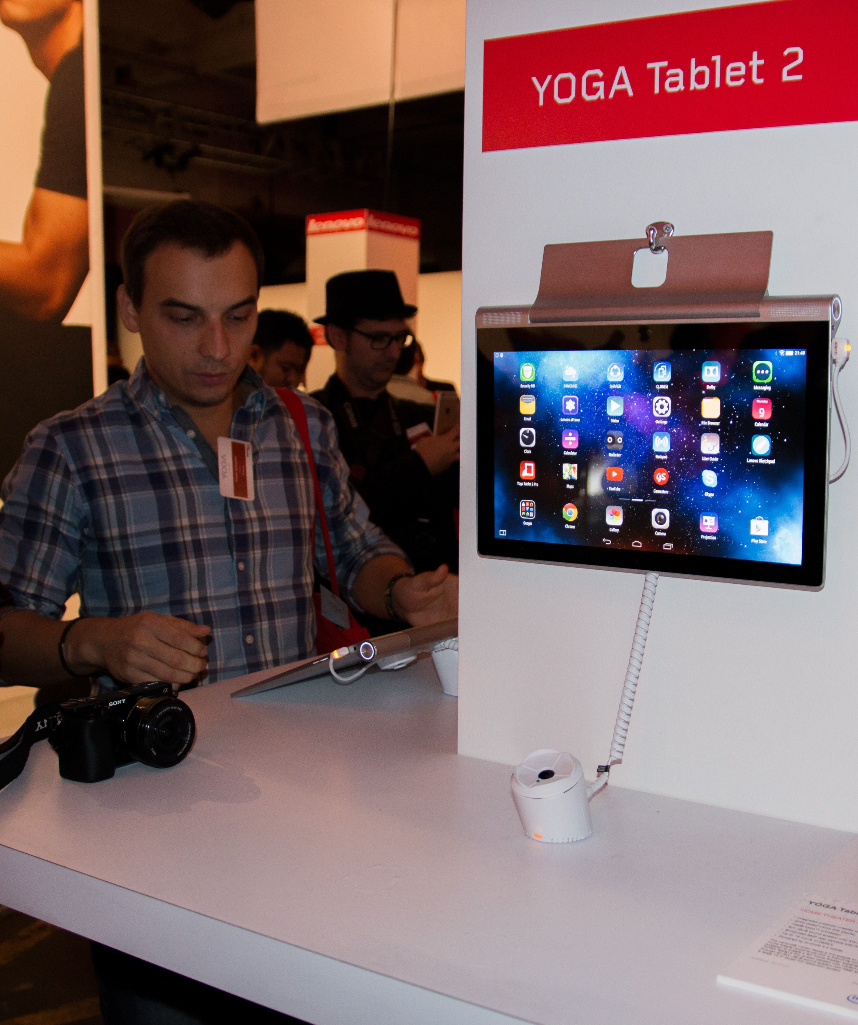 Nå kan Yoga Tablet 2 også henge.Foto: Anders Brattensborg Smedsrud, Tek.no