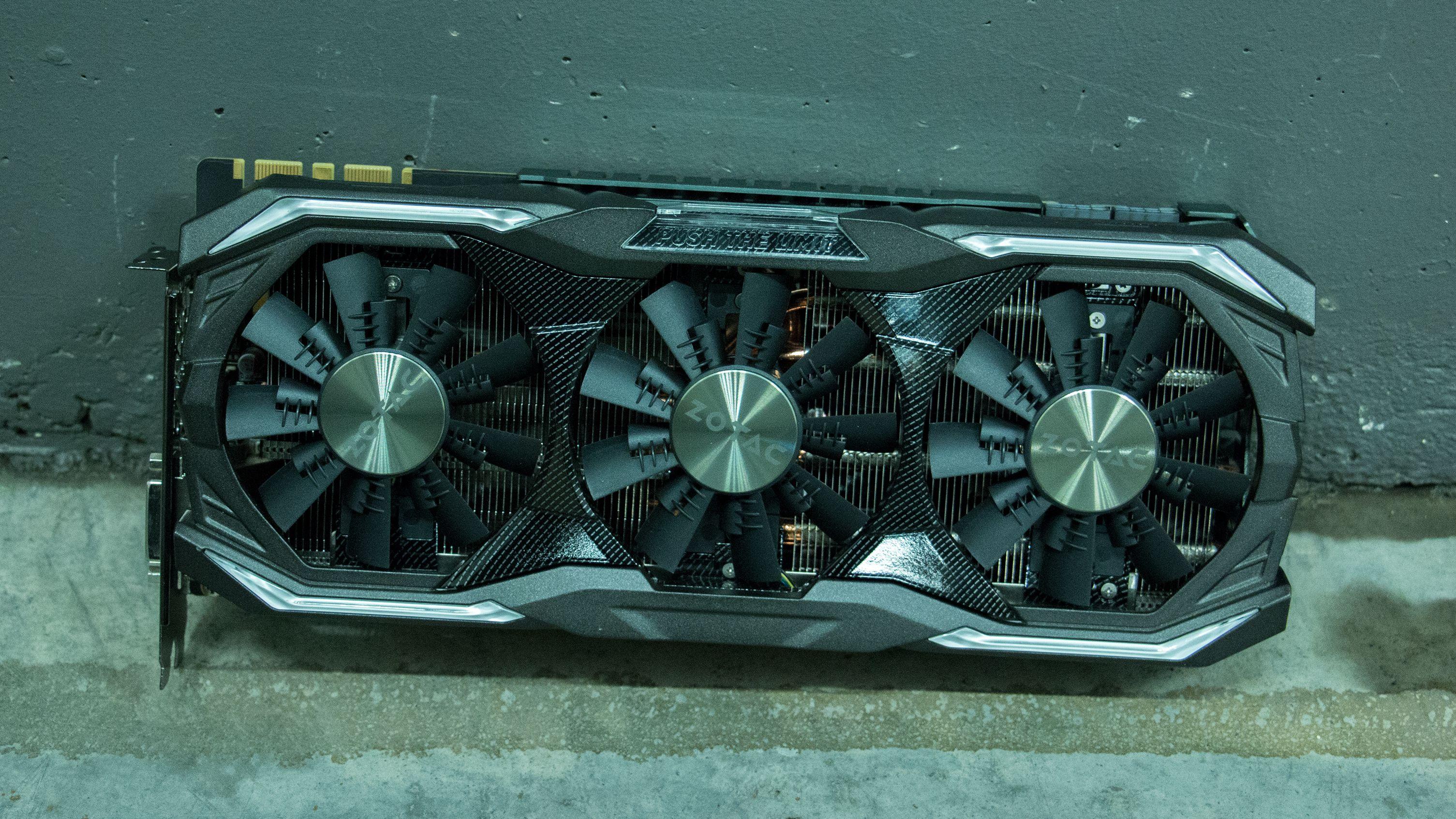Under skallet ligger en massiv aluminiumsblokk og seks store kjølerør.