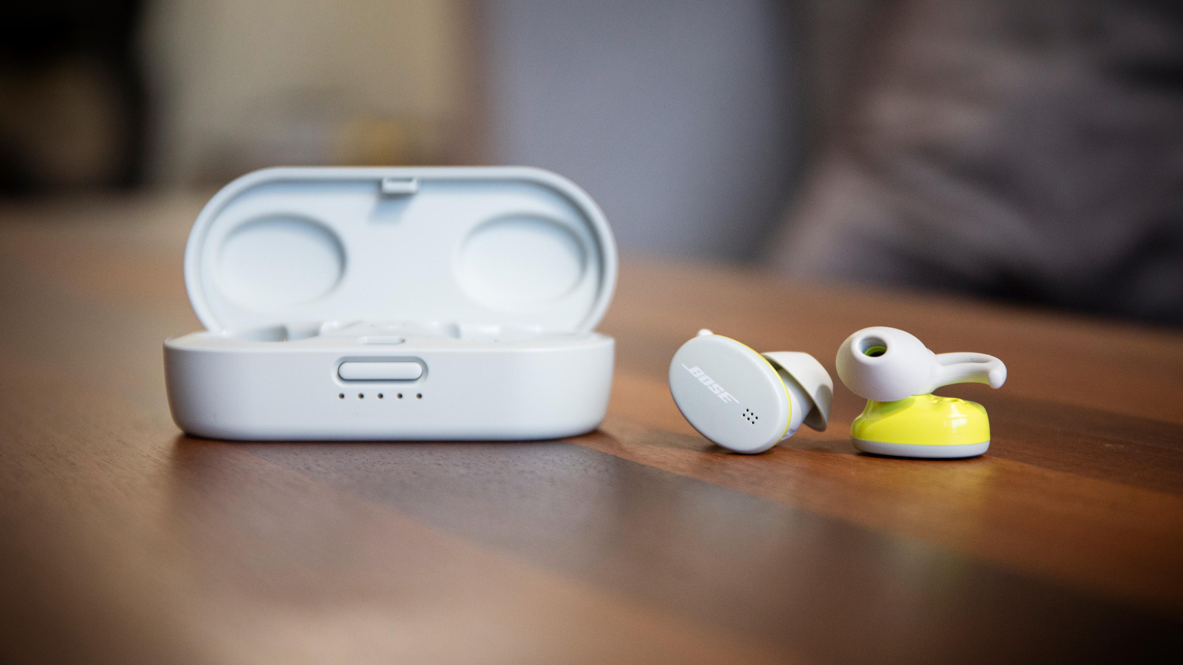Bose Sport Earbuds er lillebroren til QuietComfort Earbuds - uten støydemping, men med betydelig mer diskré utforming og lavere pris.