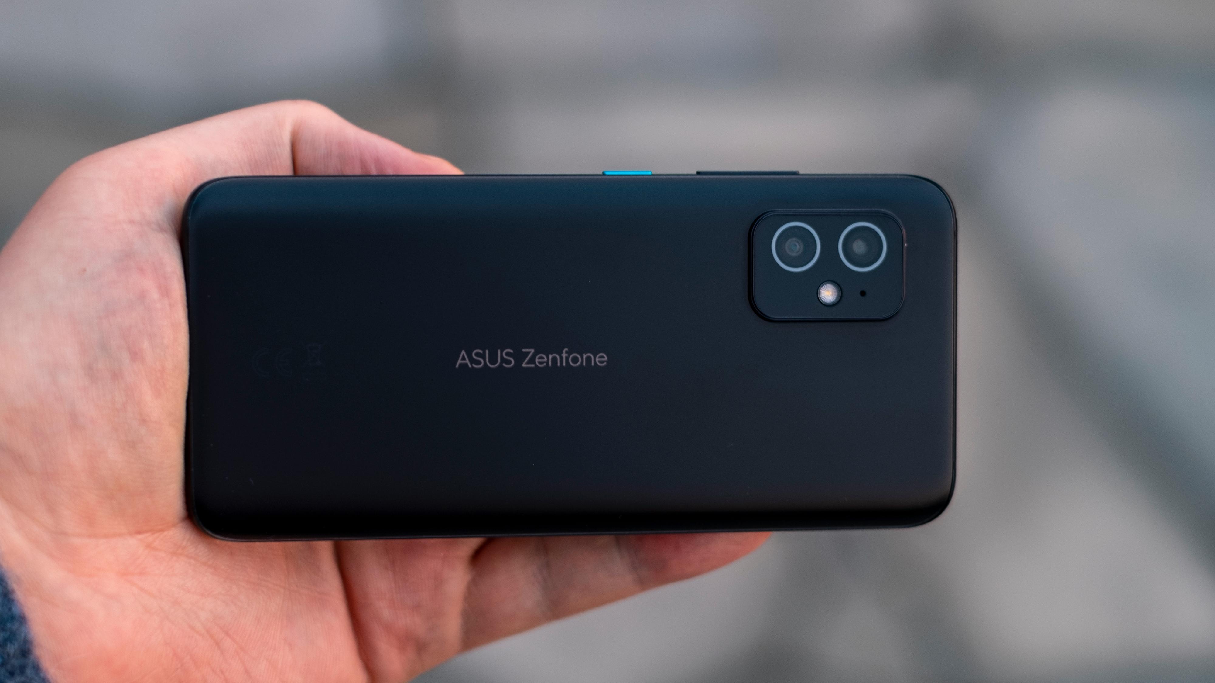 Telefonen fås i svart eller sølvfarget. Det er pent, men litt kjedelig - andre produsenter leker mer med farger, og også Asus selv er kreative når man ser til telefoner i ROG-serien.