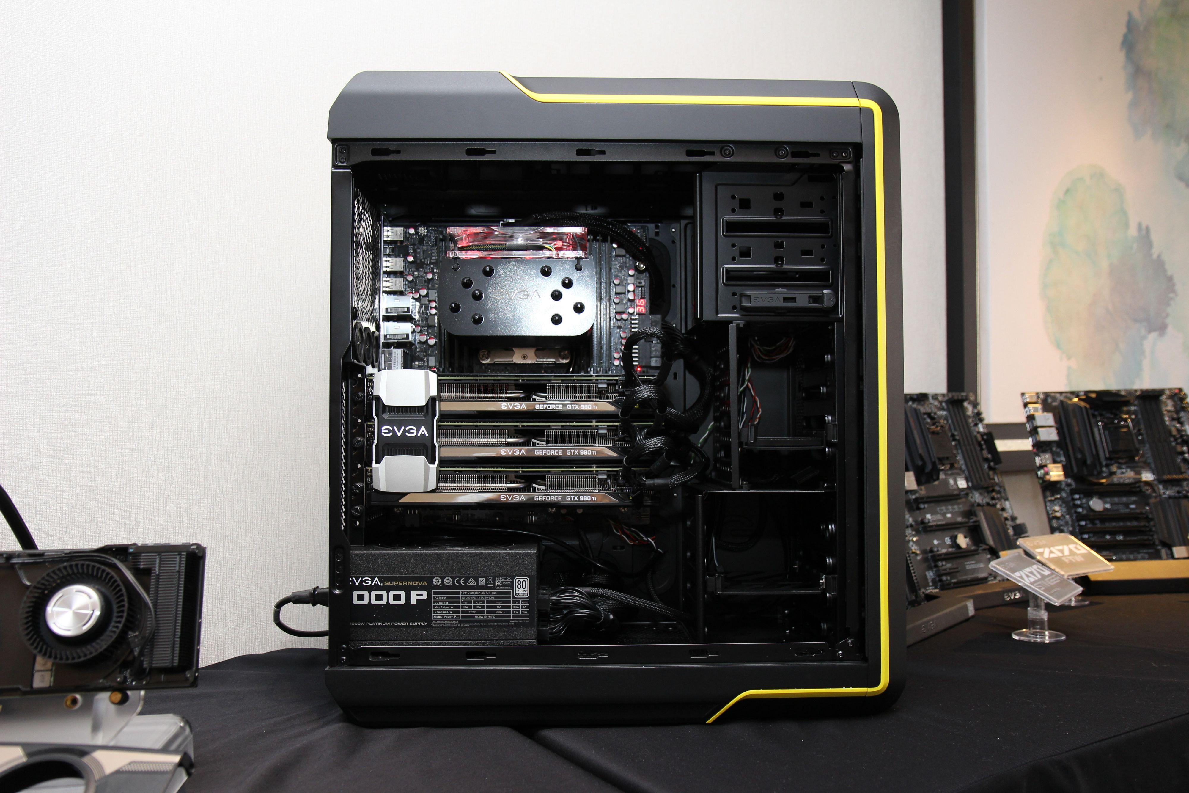 EVGA kommer også med et nytt gaming-kabinett. Det vil være mulig å bytte ut deler av chassiset, for eksempel om du ønsker en annen farge enn den gule på bildet. På bildet kan du også se EVGAs nye SLI-bro, med lys i EVGA-logoen. Foto: Kurt Lekanger, Tek.no