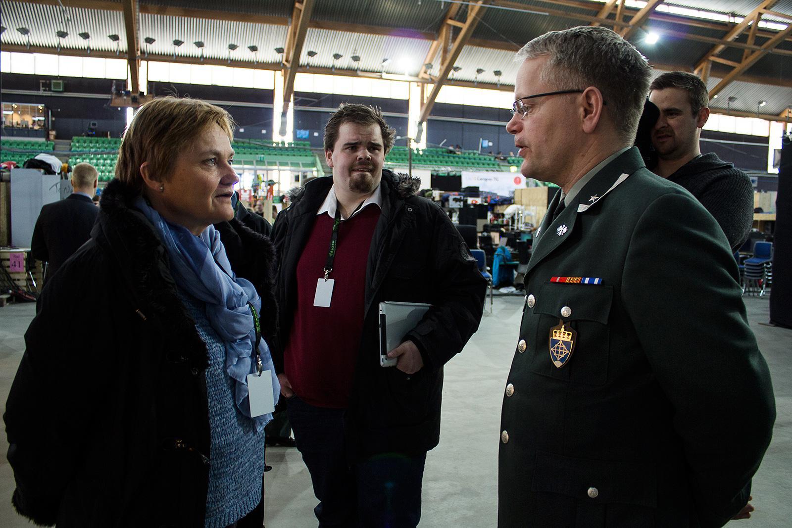 Fornyingsminister Rigmor Aasrud og major Dag E. Kjønø er enige i at The Gathering er en god rekrutteringsarena.Foto: Varg Aamo, hardware.no