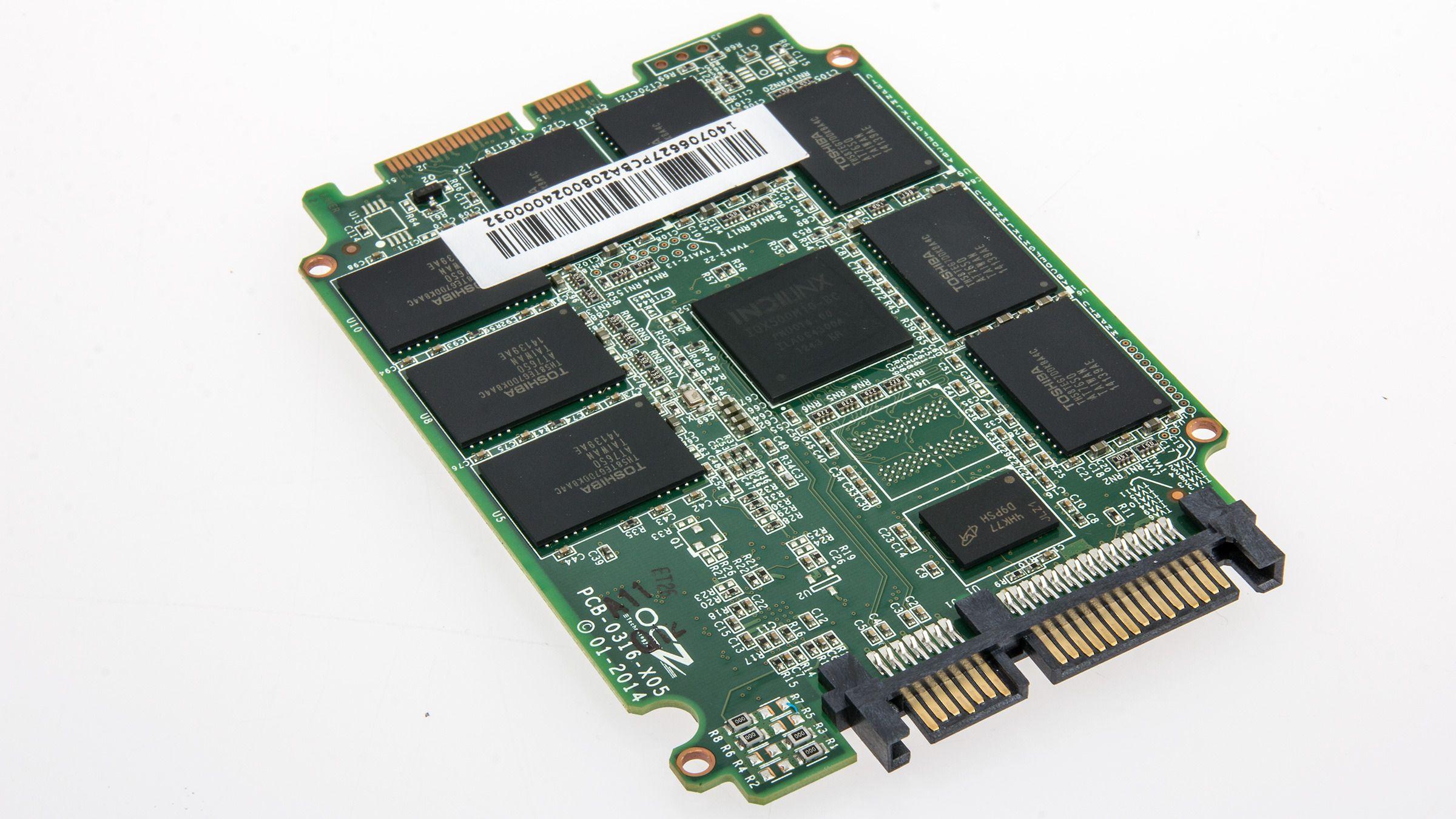 OCZ bruker sin egen Indilinx-kontroller, samt Toshibas 19 nm NAND, i Arc 100.Foto: Varg Aamo, Hardware.no