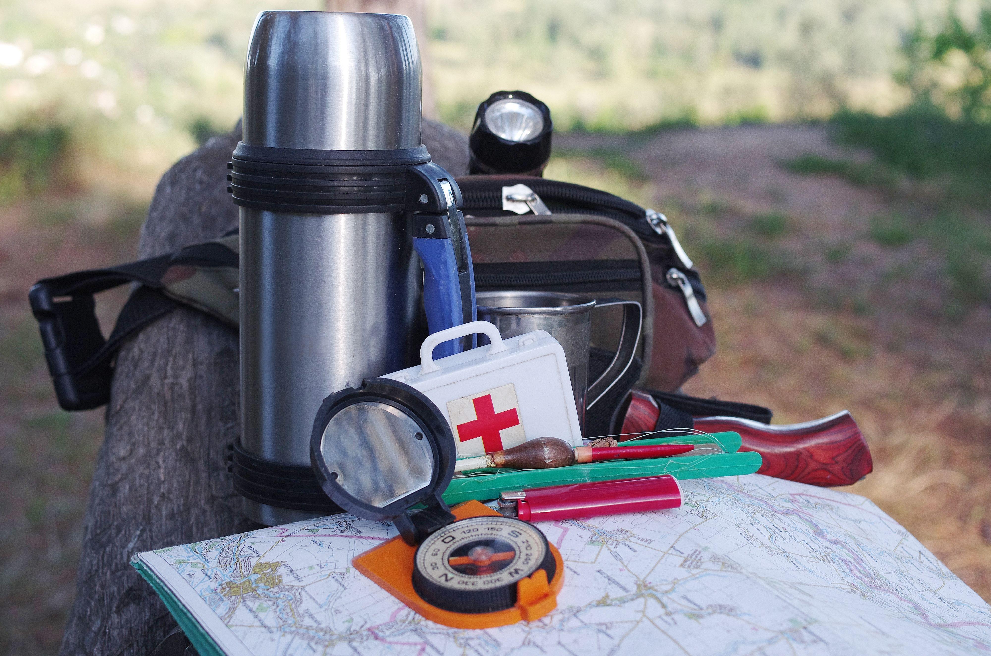 Førstehjelpsutstyr, papirkart og magnetisk kompass er enkelt og viktig utstyr – om da ikke polene bytter plass….