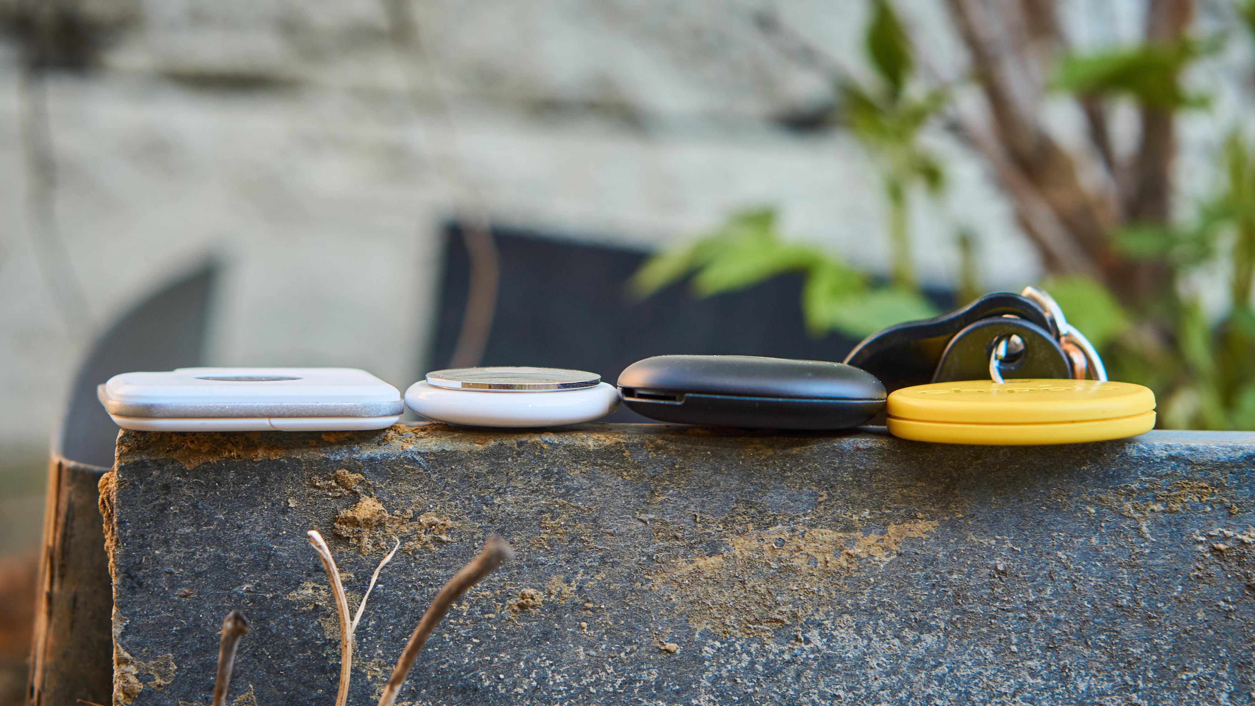 Uten noen holder har AirTag et beskjedent fotavtrykk. Fra venstre: Tile Pro (2020), AirTag, Galaxy SmartTag og Chipolo One.