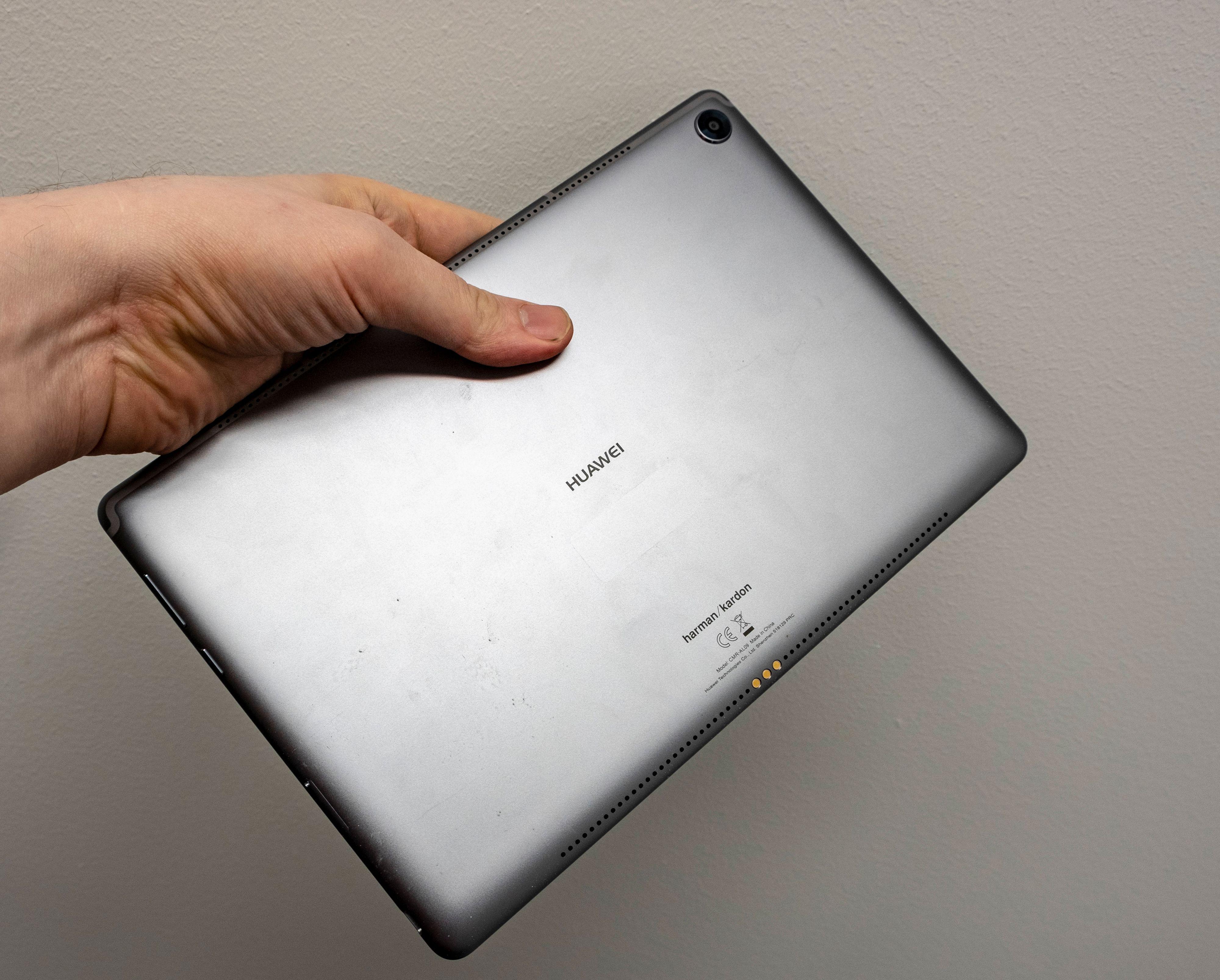 Huawei-brettets bakside er i metall, og med høyttalergriller på hver langside.