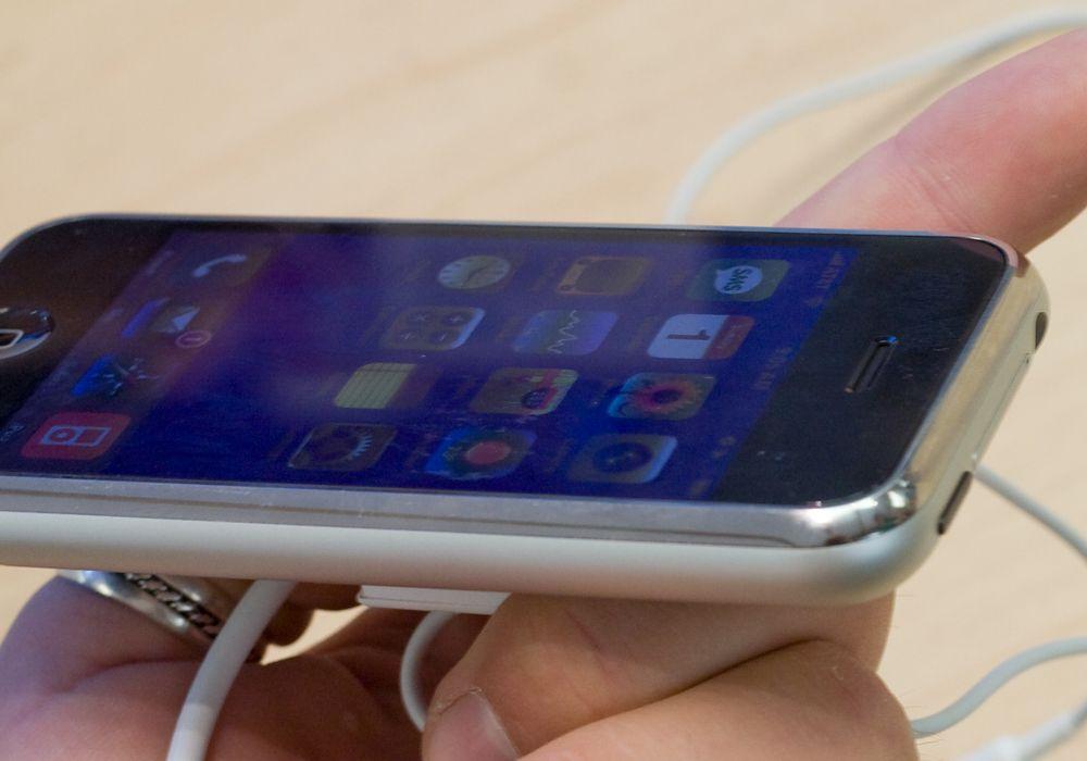 Fronten på iPhone er dekket av en glassplate.