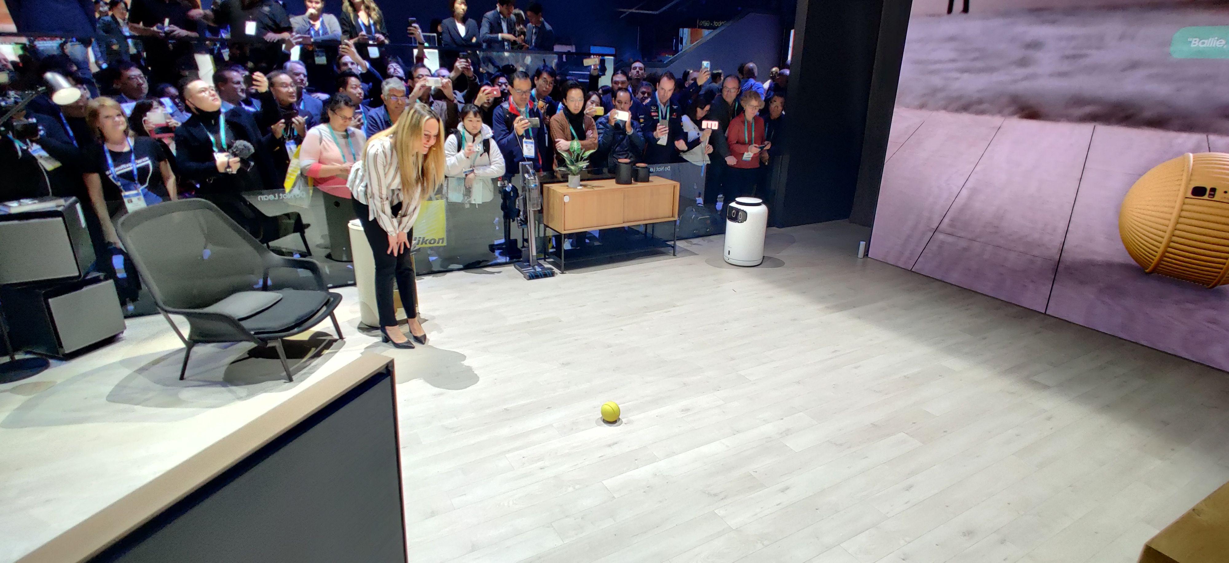 Ballen holder litt avstand. Grunnet mye støy på messegulvet måtte hun som demonstrerte roboten bøye seg ned så den skulle høre hva hun sa.