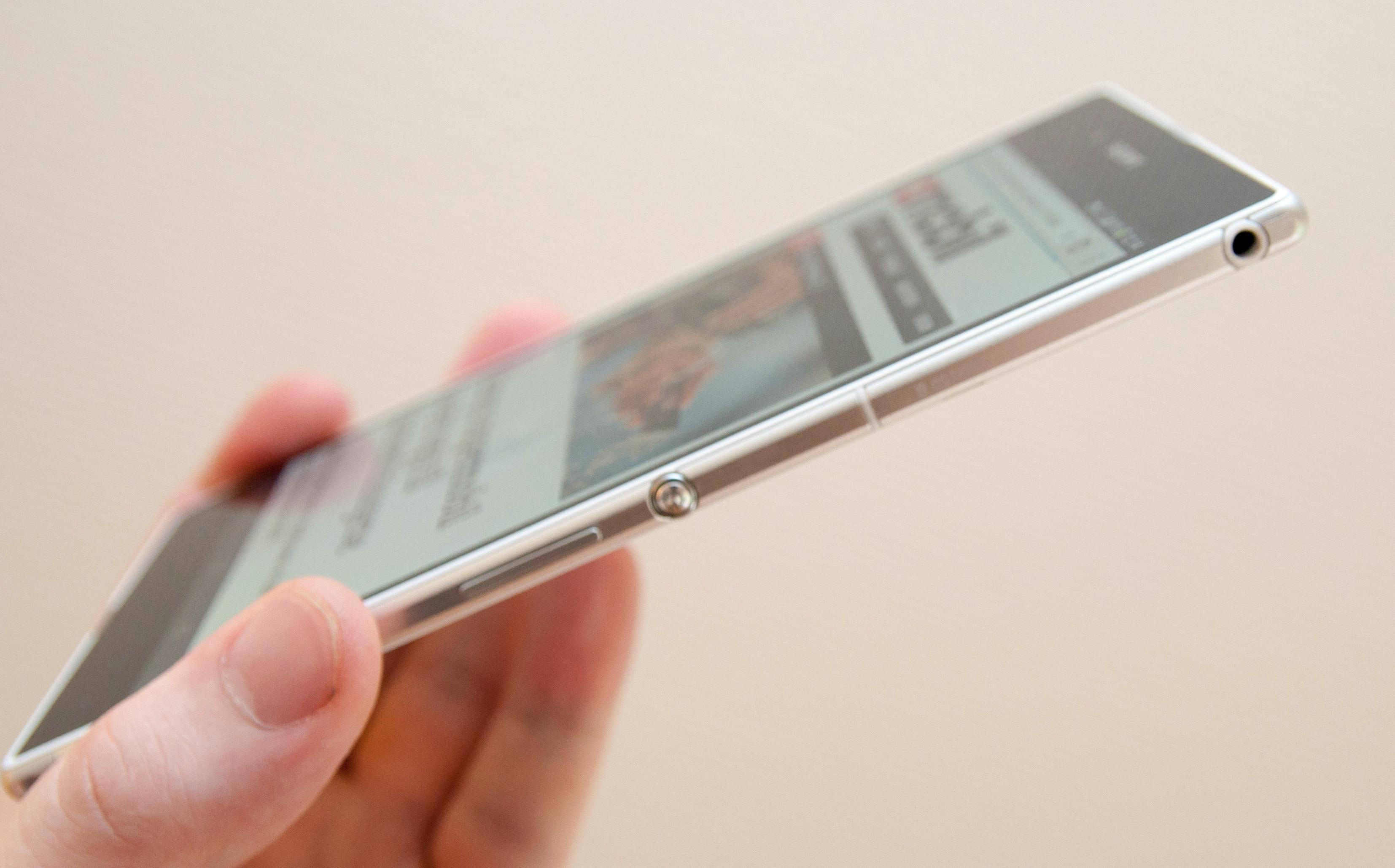 Den nye modellen har metall rundt kantene, og den er stadig vanntett, selv om hodetelefonkontakten ikke har luke over seg.Foto: Finn Jarle Kvalheim, Amobil.no
