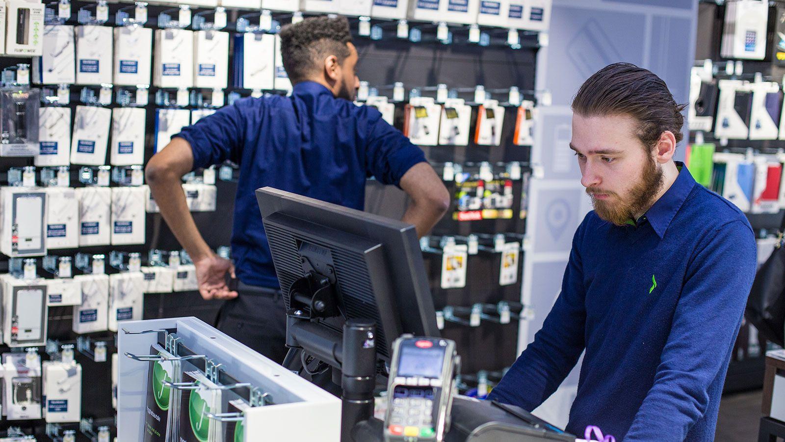 De butikkansatte skal drilles til de er eksperter på produktene og tjenestene Elkjøp Phonehouse selger. Foto: Elkjøp