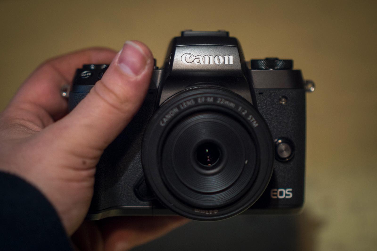 Med kompakt optikk er EOS M5 faktisk ikke veldig mye større enn kompaktkameraet GX 5, sjekk denne linken (Camerasize.com) for sammenligning..