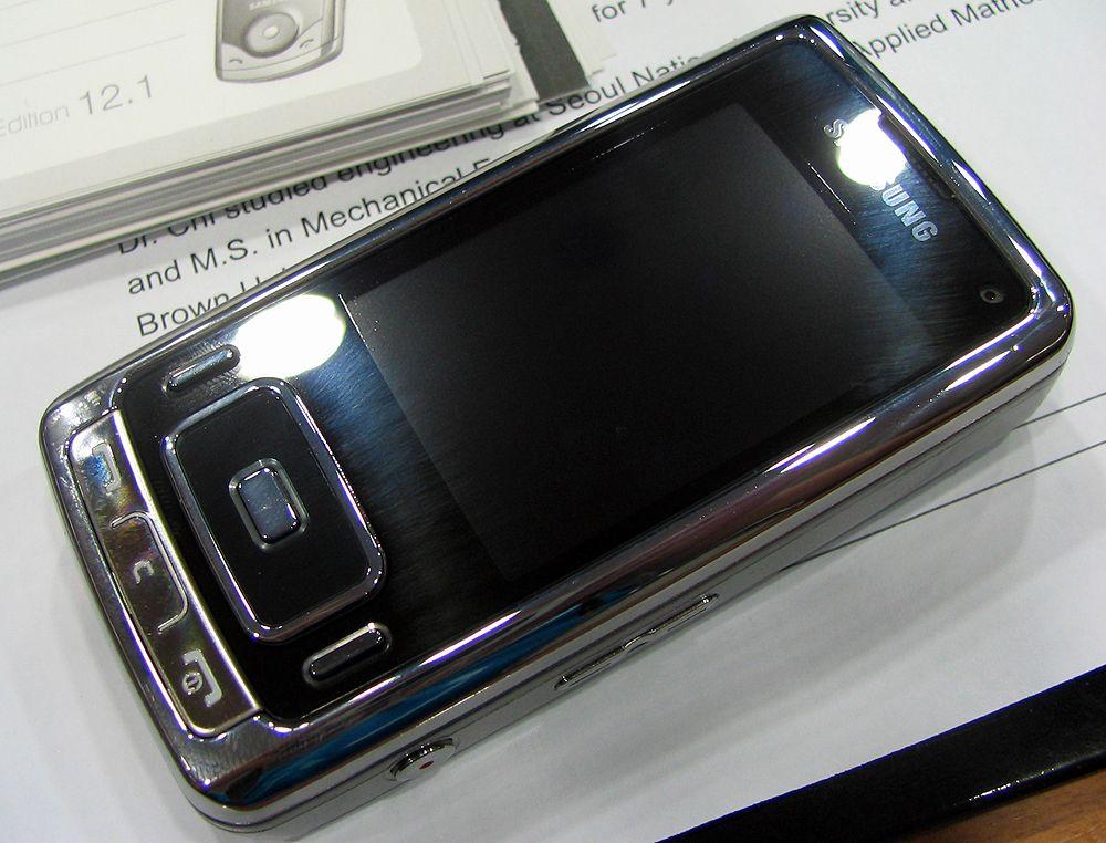Samsung G800 er blank og metallisk.
