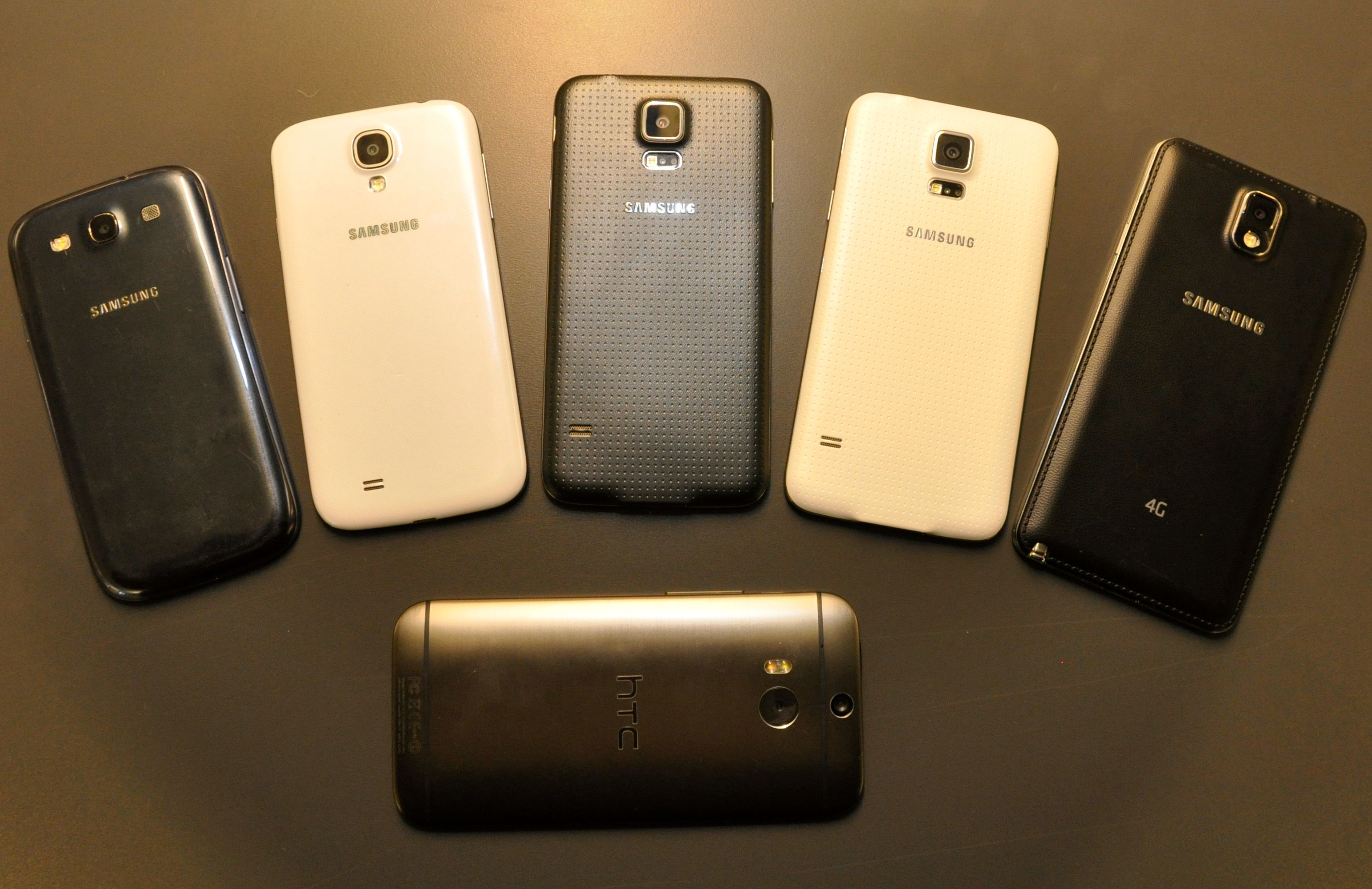 Fra venstre; Galaxy S3, Galaxy S4, Galaxy S5 i to ulike farger, og Galaxy Note 3. Nederst - utfordreren One (M8) fra HTC.Foto: Finn Jarle Kvalheim, Amobil.no